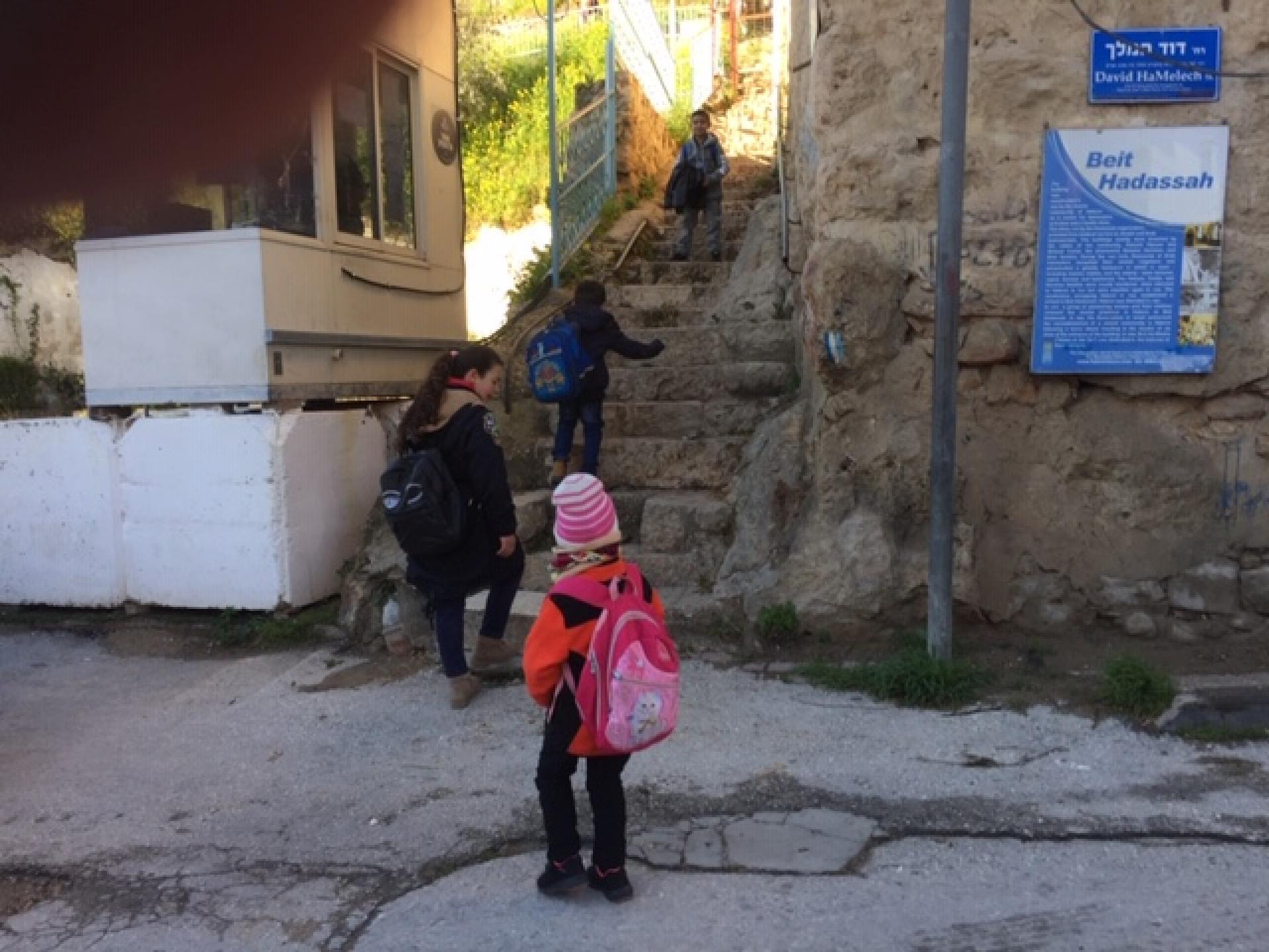 המדרגות,הילדים והמורות