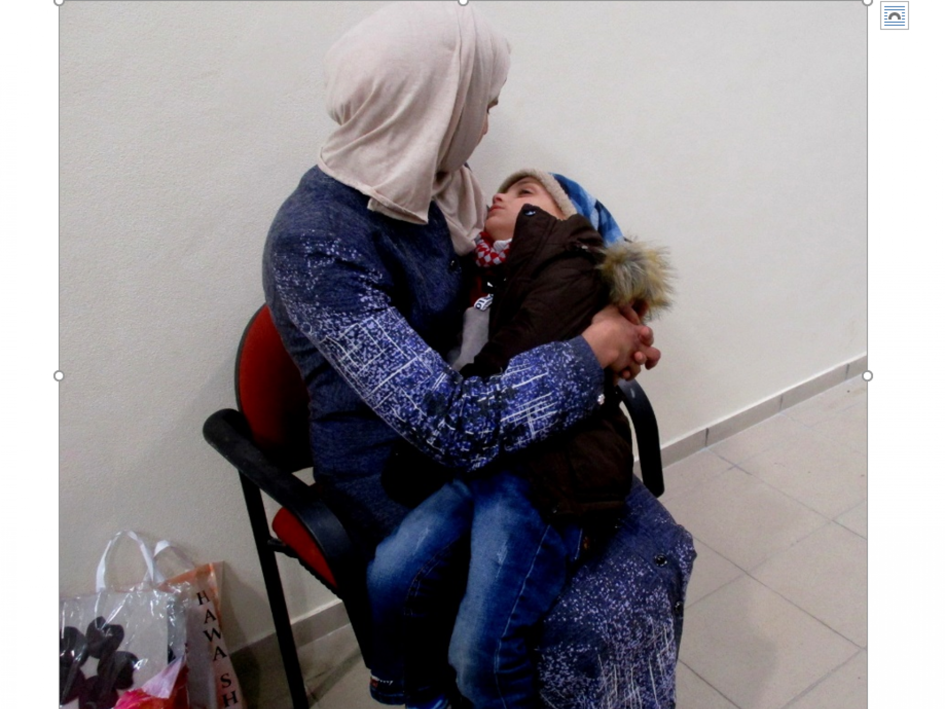 אם ובנה בדרך הביתה לעזה מבית החולים בחברון