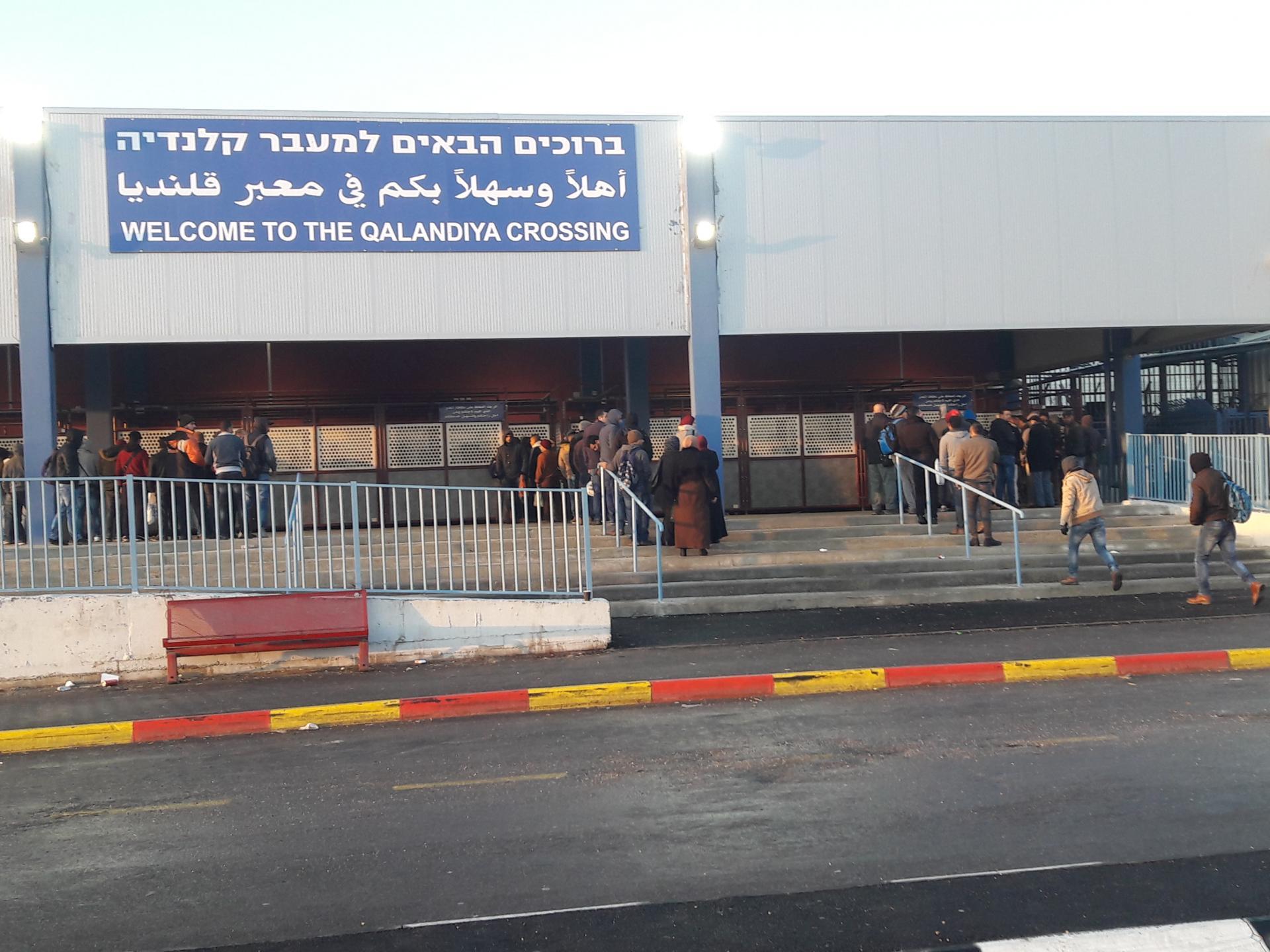 תורים משתרכים במחסום החדש
