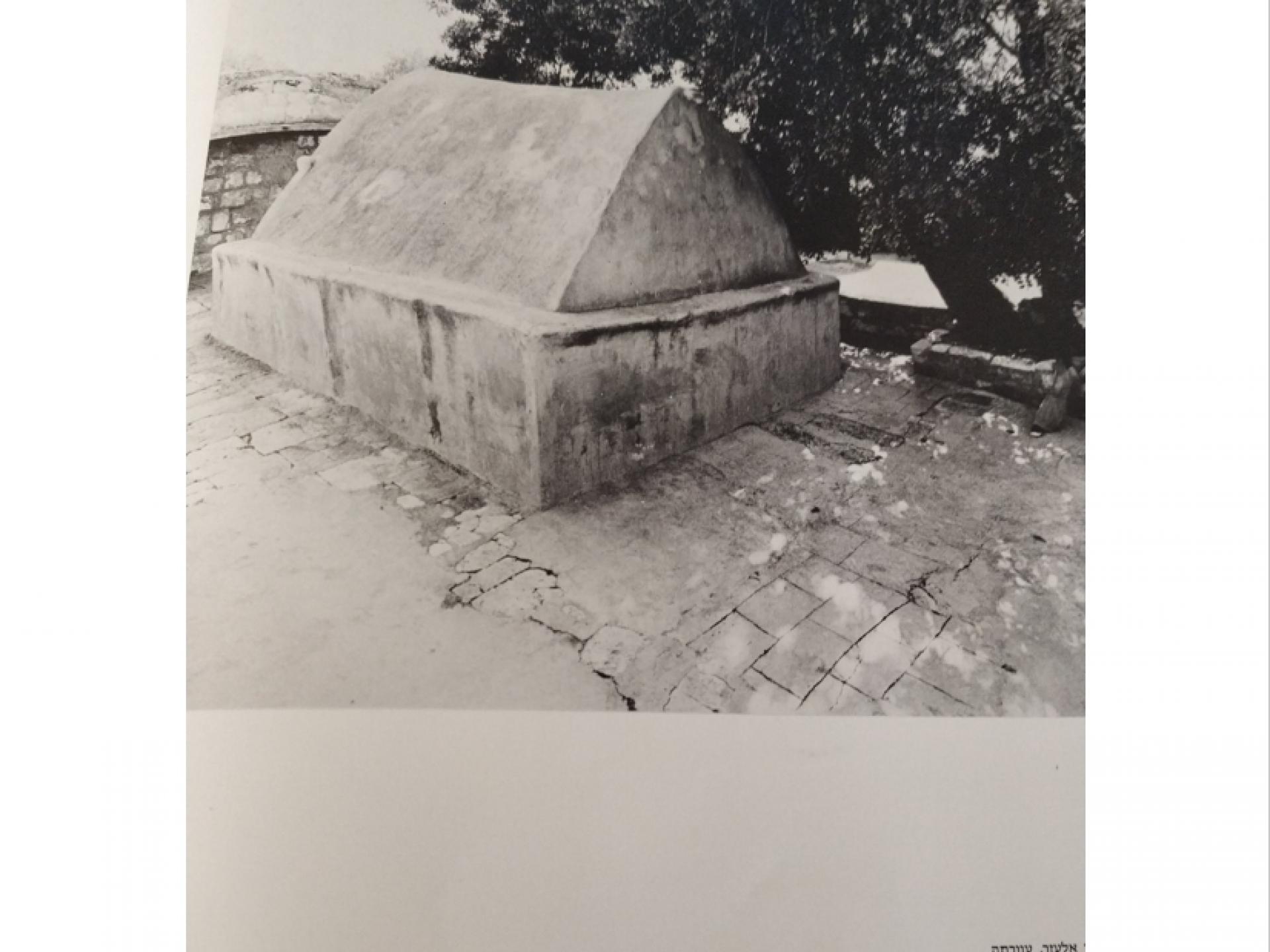 צילום הקבר, מתוך הספר מקום
