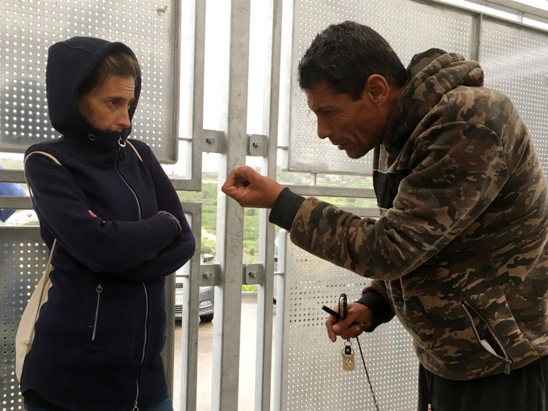 מחסום ברטעה: תושב הגדה מסביר לאליה - הוא צריך אישור. אין פרנסה