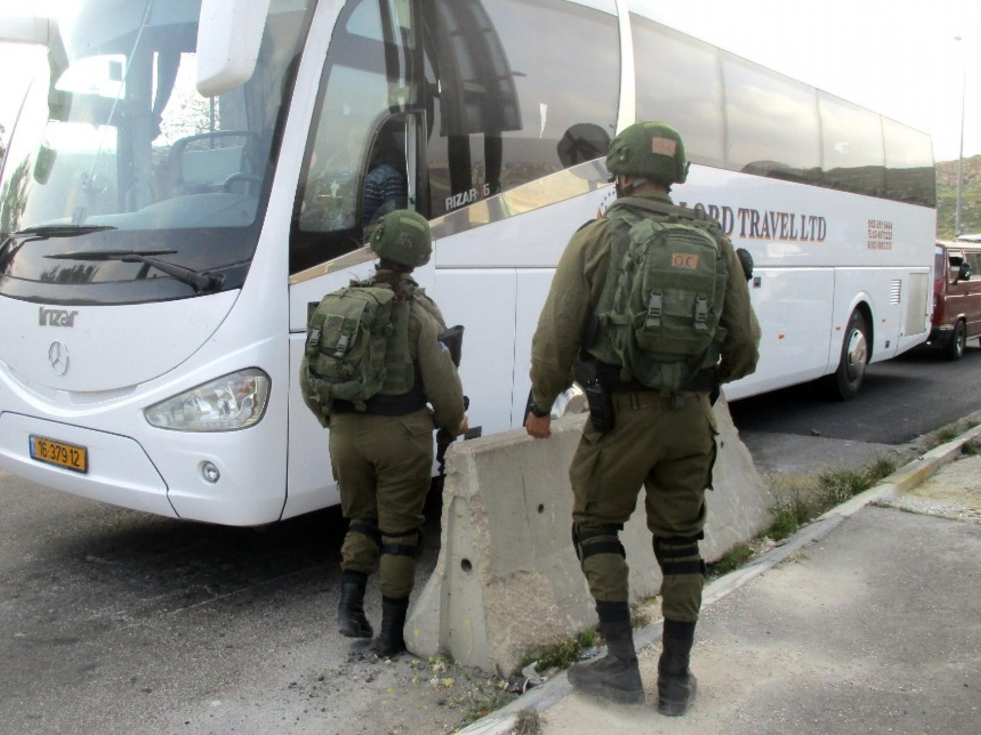 חיילים מונעים כניסת רכבים לחיזמא