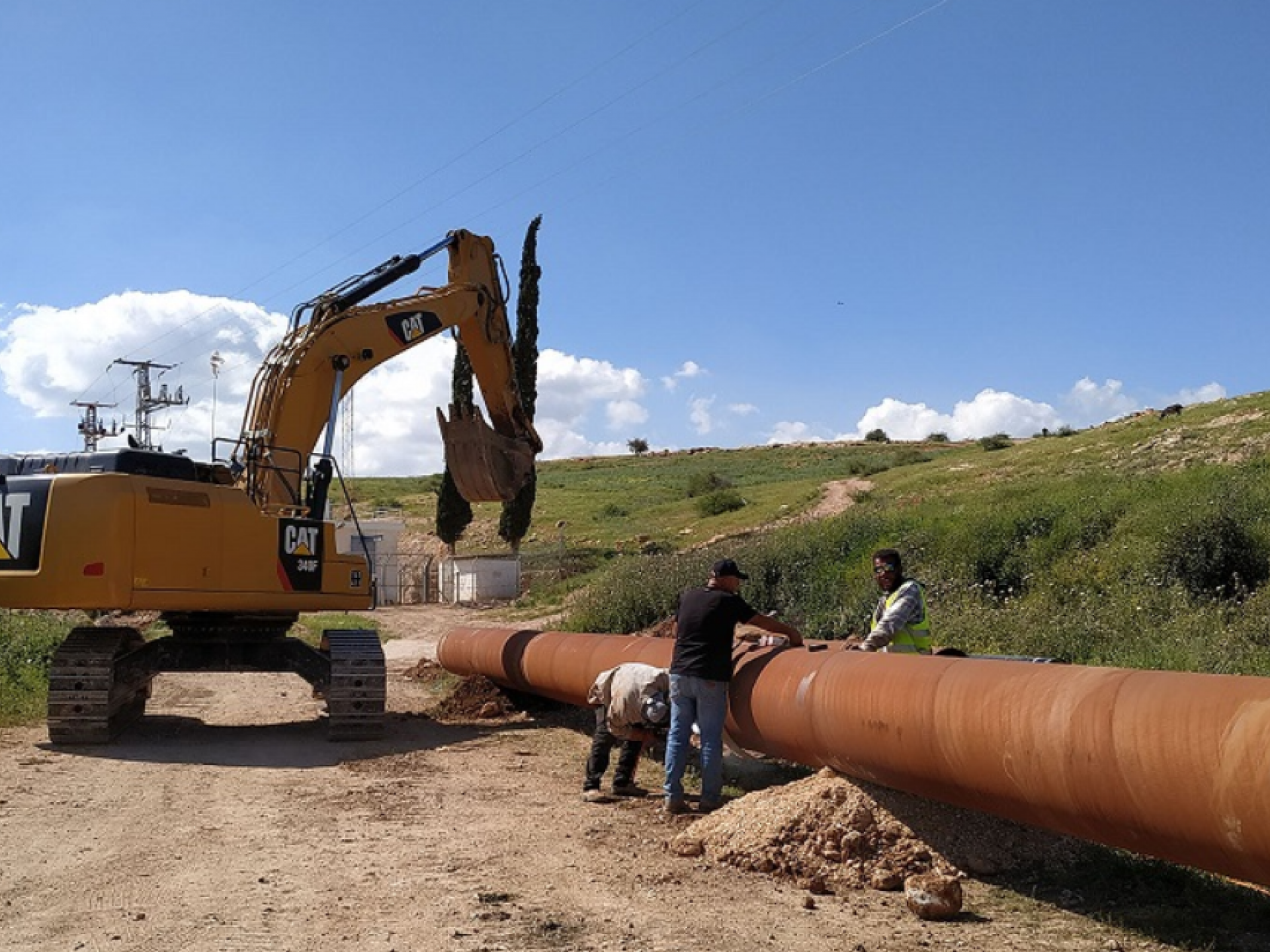 צינור מים גדול נמתח לעבר אחת הגבעות, משם יעברו המים אל ההתנחלויות