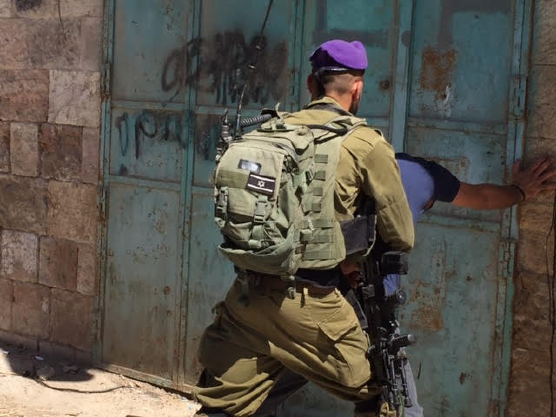 ככה סתם עוצרים פלסטיני ובודקים אותו ליד הכניסה לשכונת אברהם אבינו
