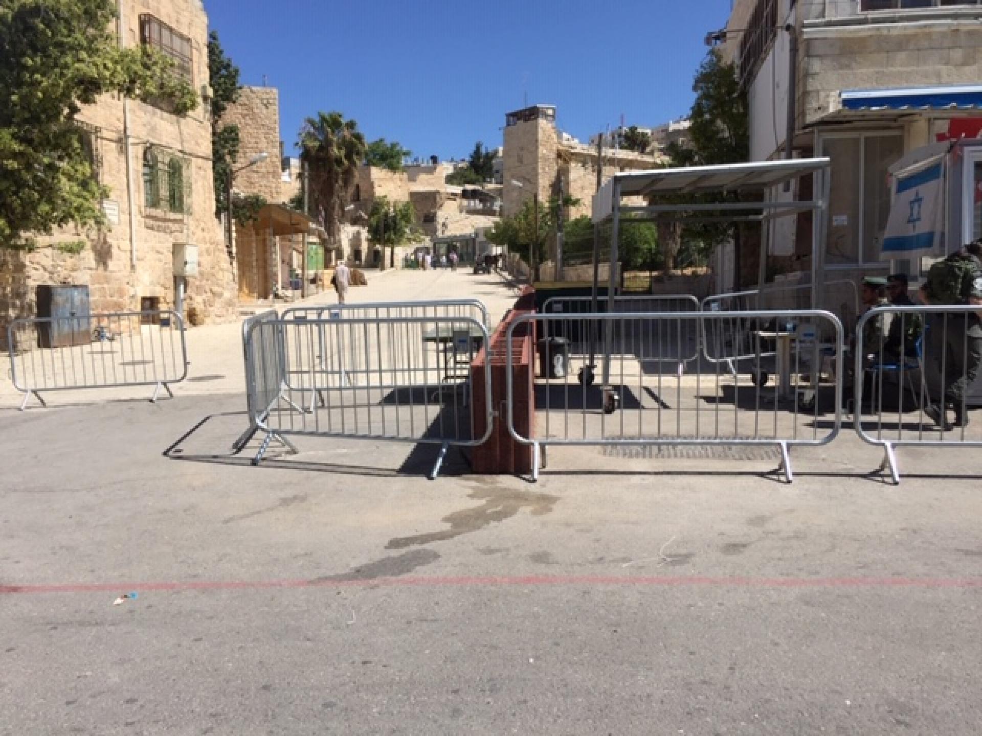 המחסום בכניסה למערת המכפלה מול חנותו של עבד