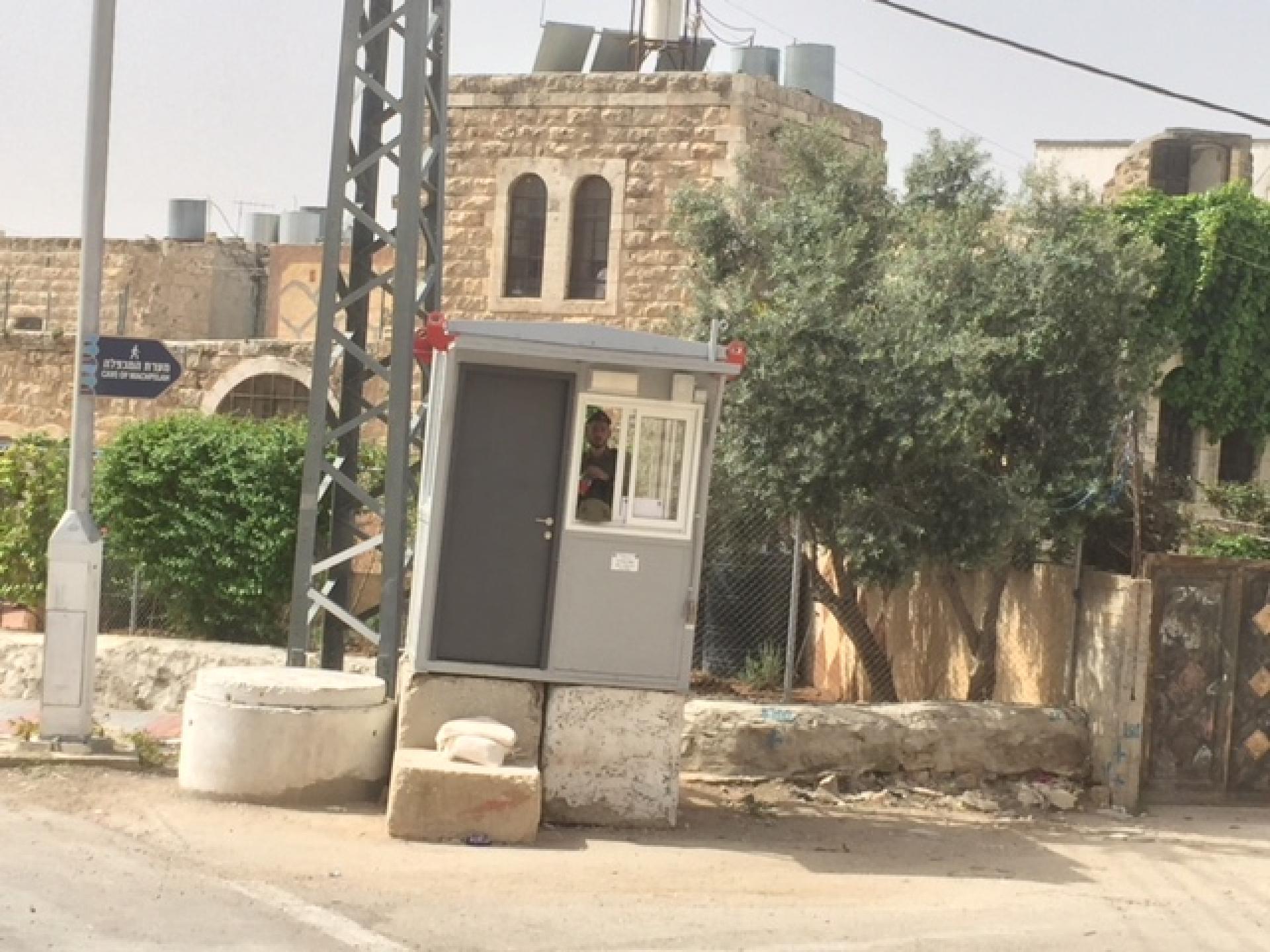 העמדה והמחסום שנמצאים ליד ציר המתפללים