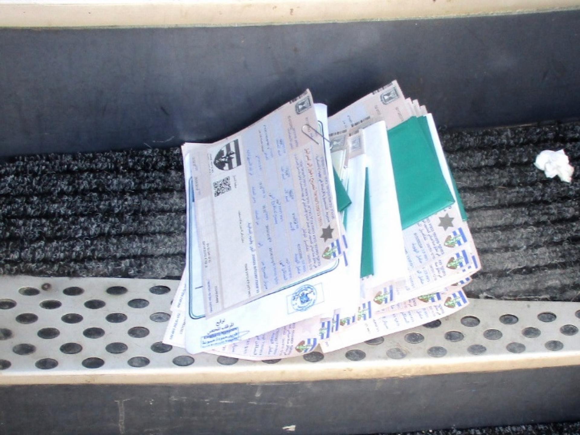 חבילת תעודות ומסמכים של הנוסעים לעזה