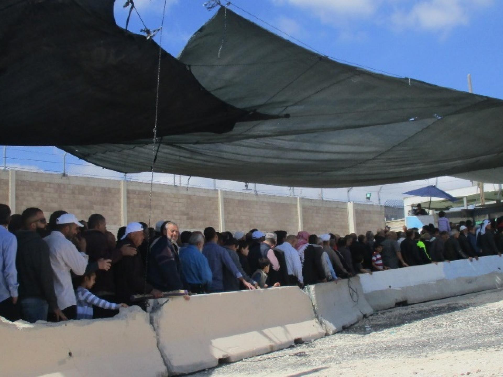 תורים ארוכים בכניסה למחסום