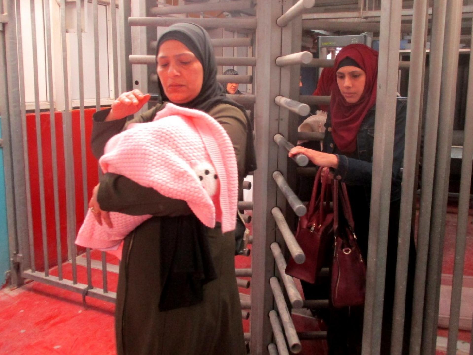 נשים עוברות לבדיקה חוזרת במחסום הישן.