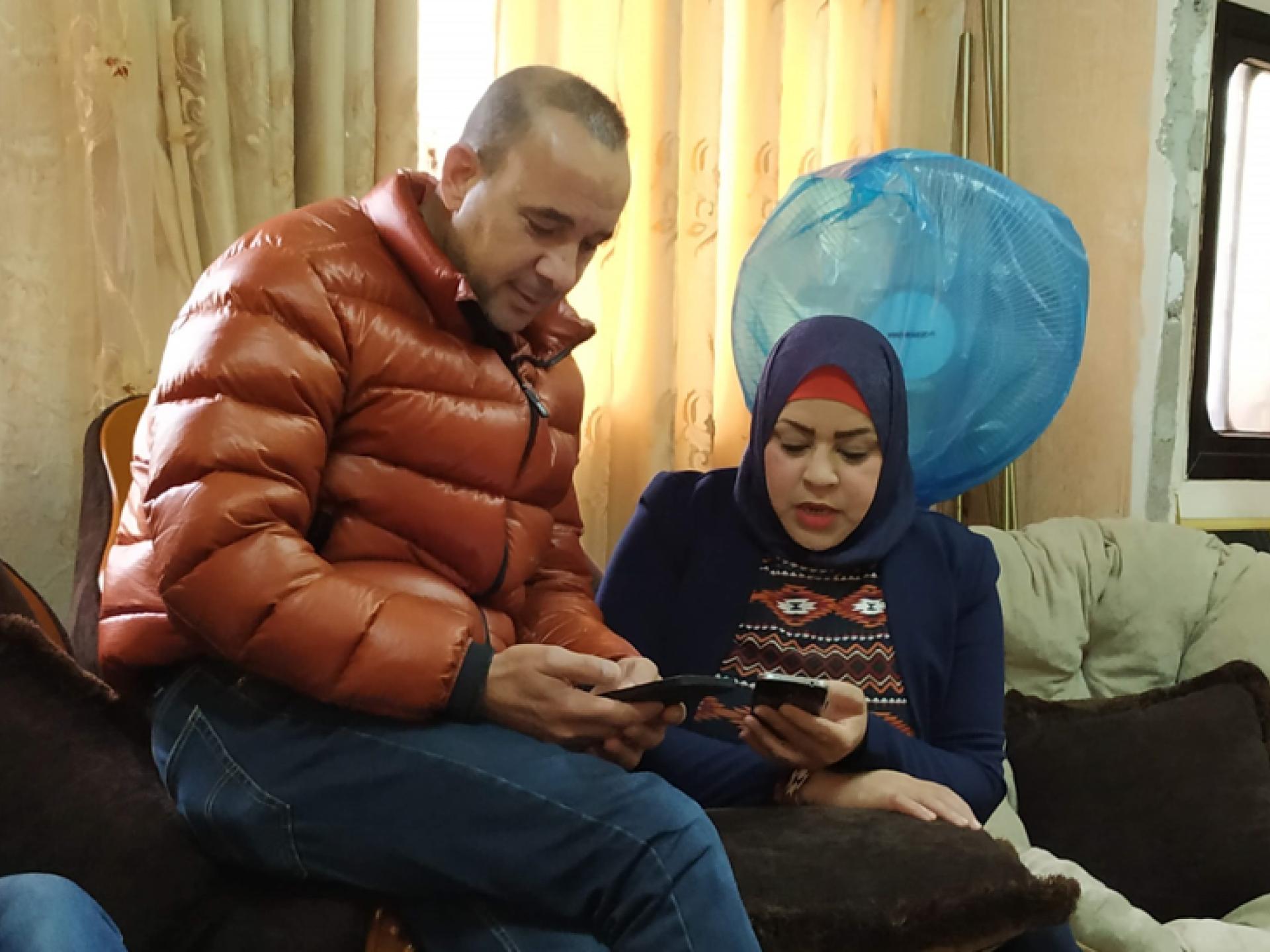 י' ואחותו תושבי בית ליקיא מחפשים בטלפון קישור לשני ארכיונים של פליטי הכפר הפלסטיני יאלו, שנהרס במלחמת ששת הימים (1967) ותושביו גורשו. ארכיון אחד ברמאללה והשני בעמאן