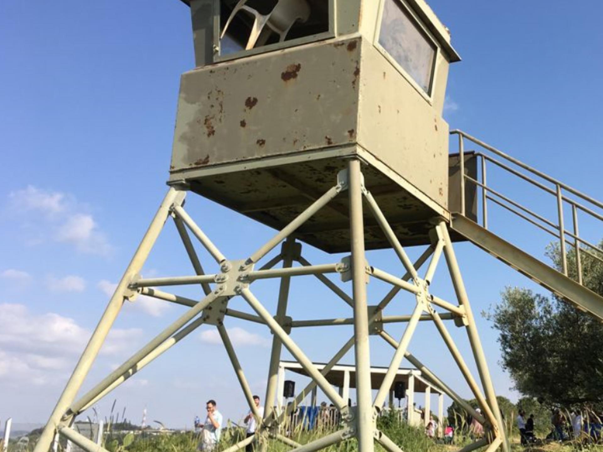 """בתמונה רואים מגדל שמירה במאחז """"מעלה צבי"""""""