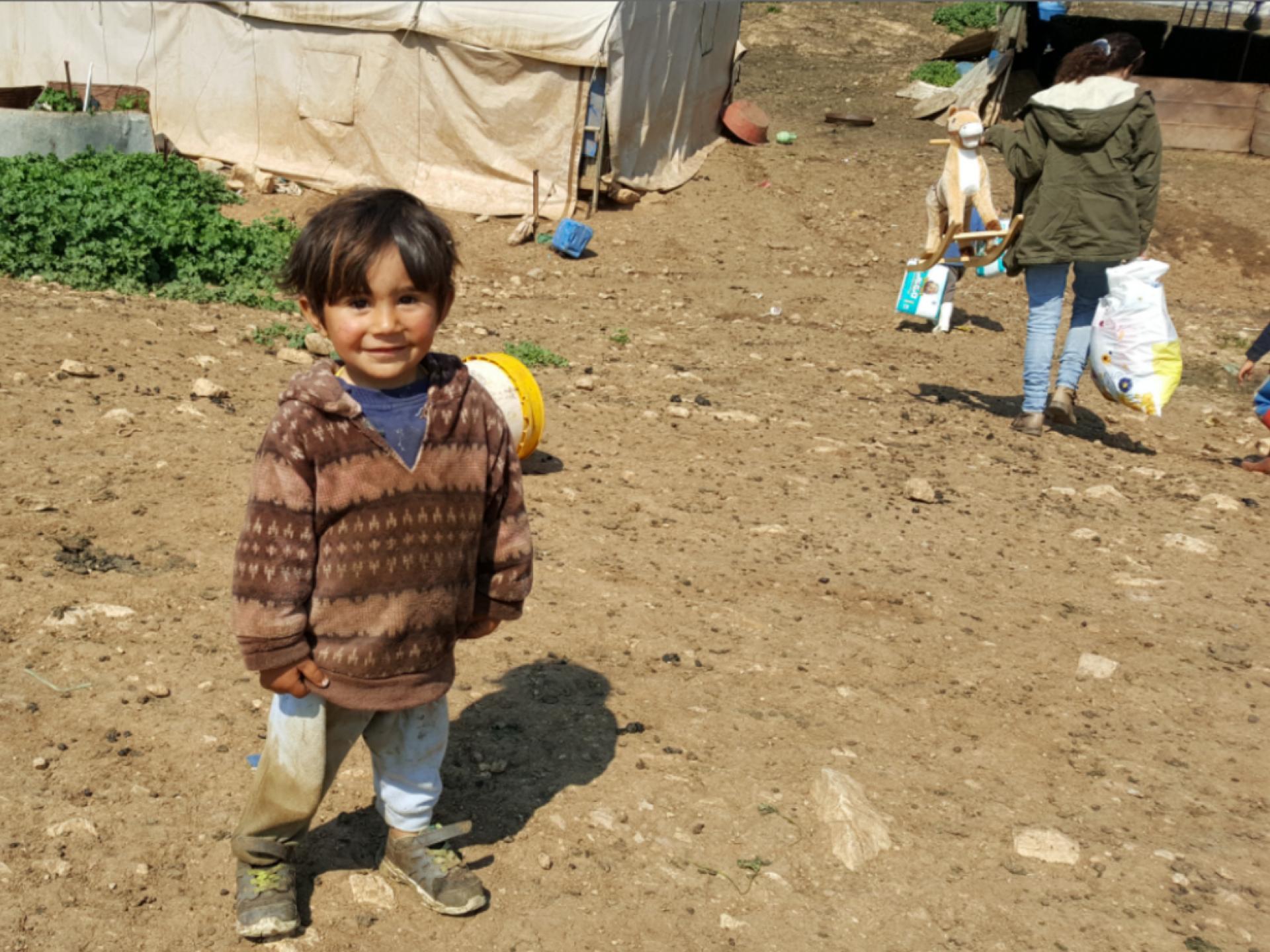 רואים ילד קטן מקבל משלחת של נשים שמביאות מתנות לכבוד הרמדאן