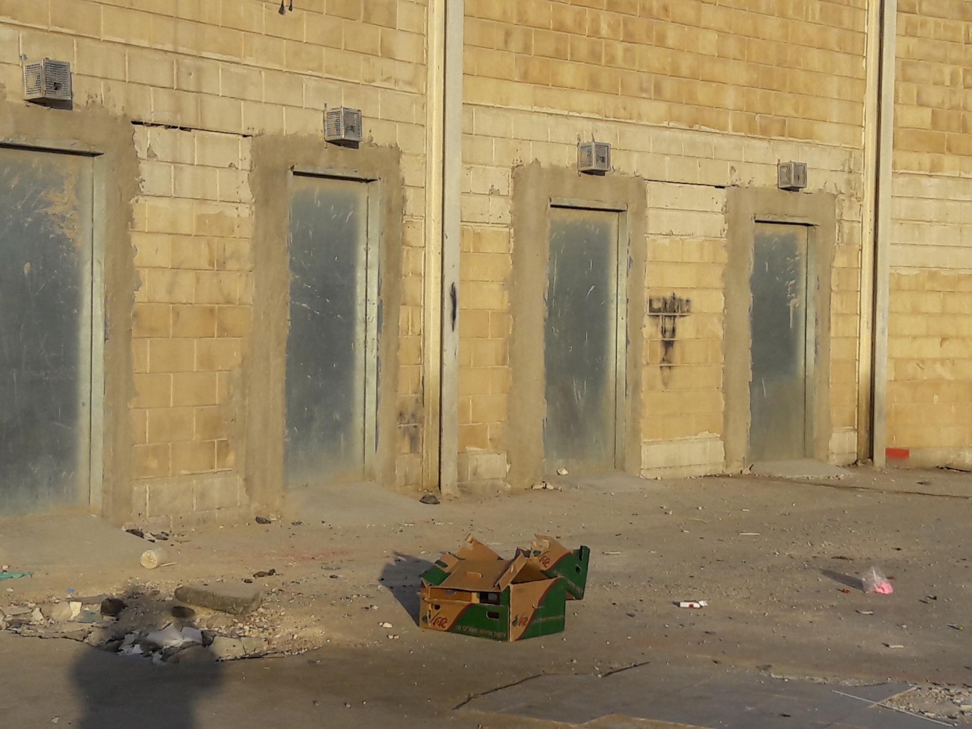 הדלתות בקיר ליד המחסום הישן