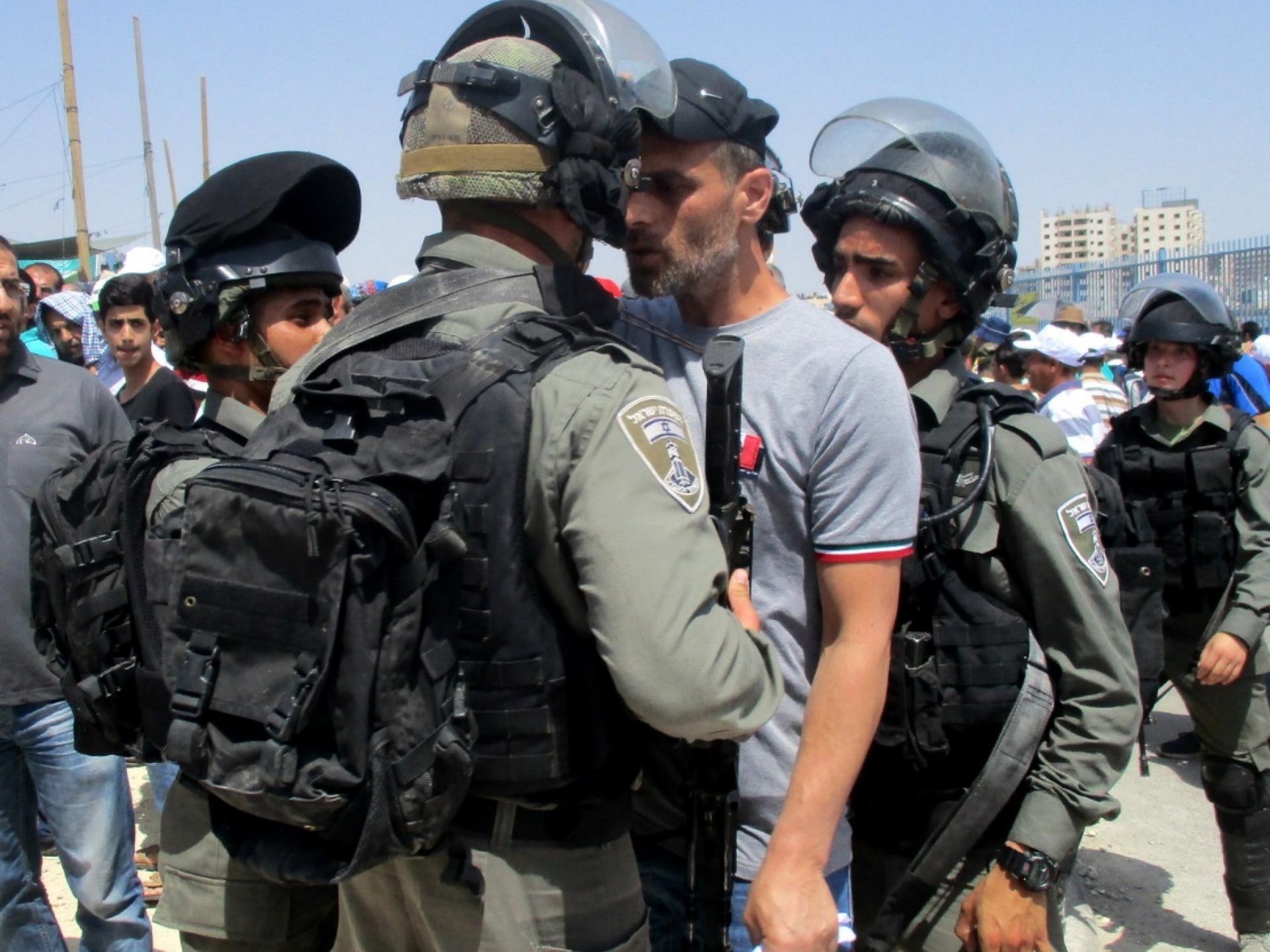 """פלסטיני מוקף ע""""י שלושה חיילים"""