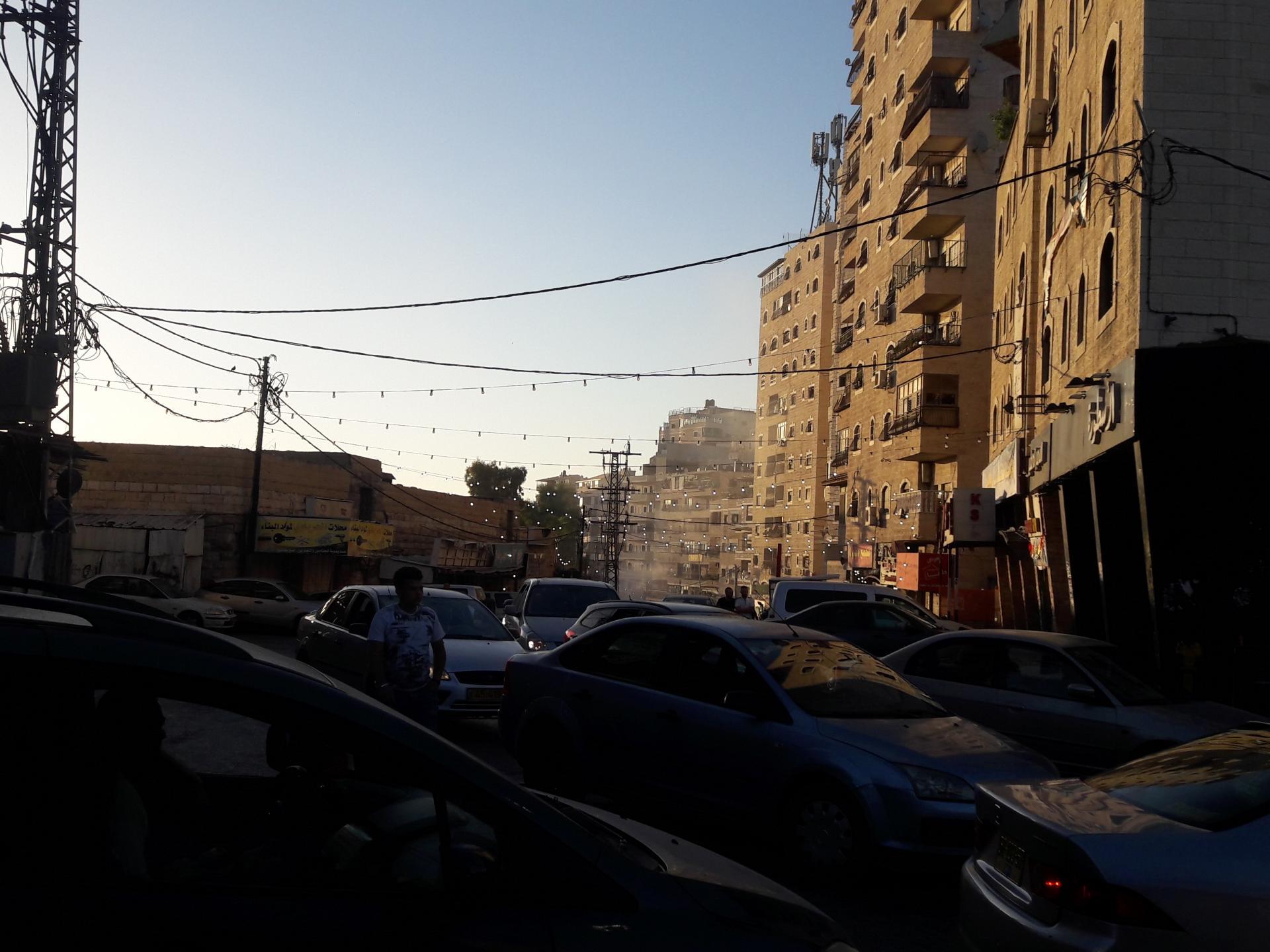 במחנה הפליטים שועפאט תלויה עדיין תאורה מימי הרמדאן