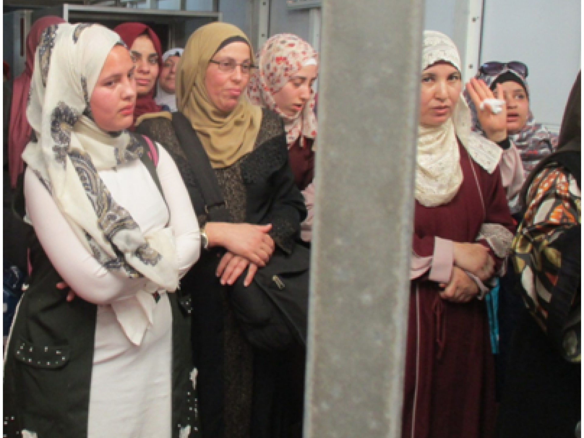 קבוצת נשים שצלחו את פגעי האדם והאקלים מצאו עצמן כלואות