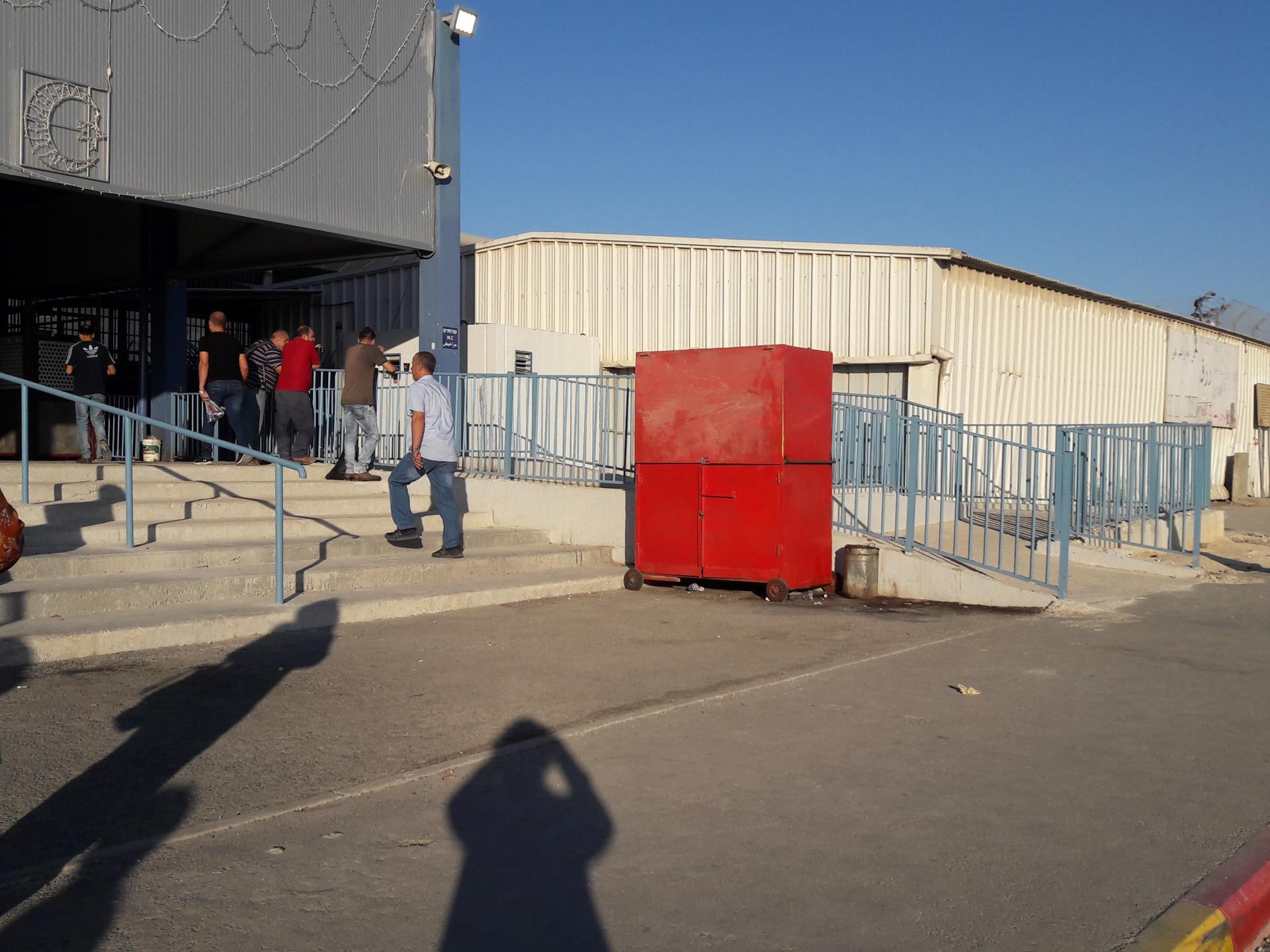 הבודקה האדומה של הקיוסק בכניסה לסככה