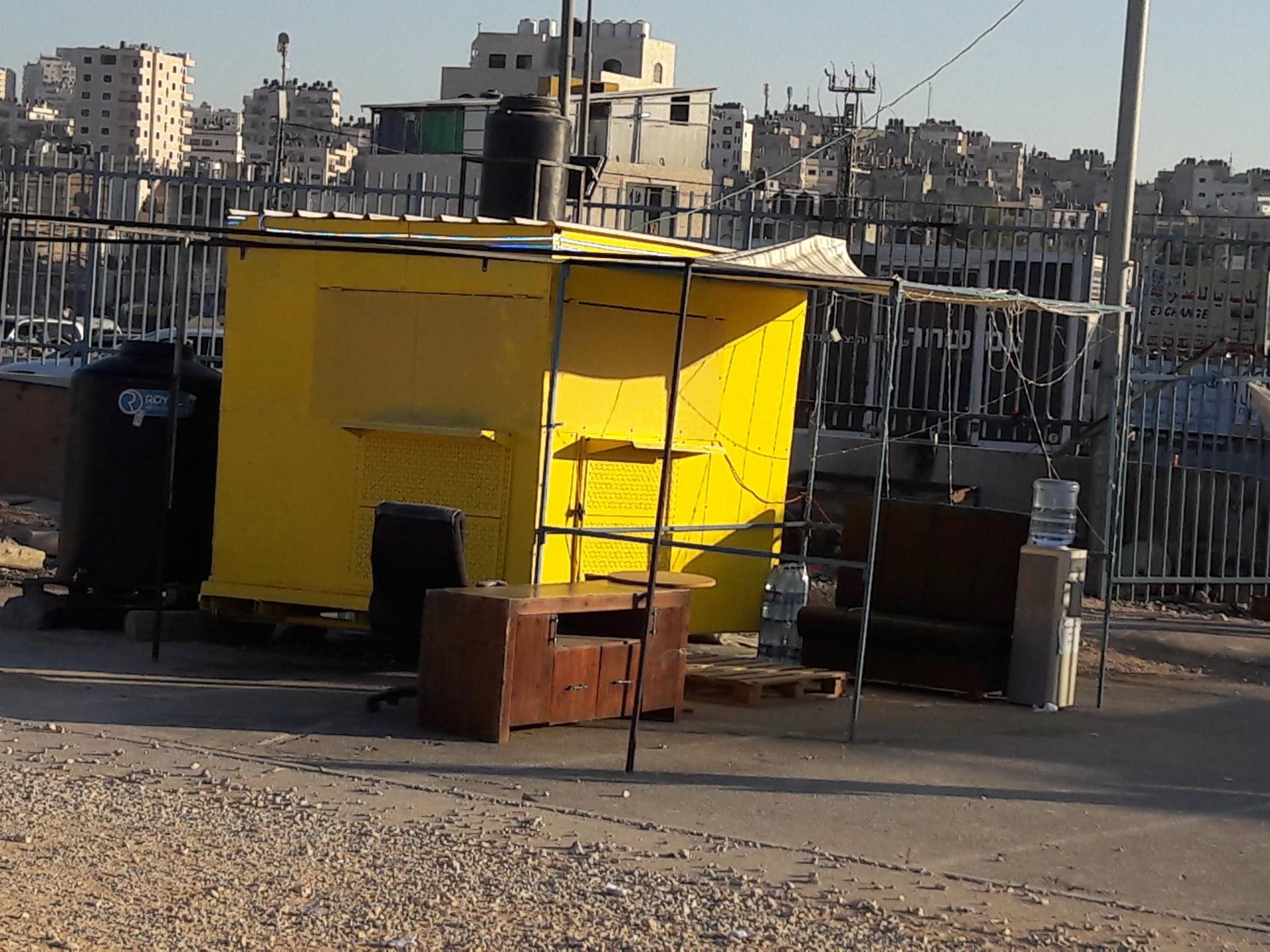 הבודקה הצהובה של הקיוסק בכניסה למתחם המחסום מכיוון קלנדיה