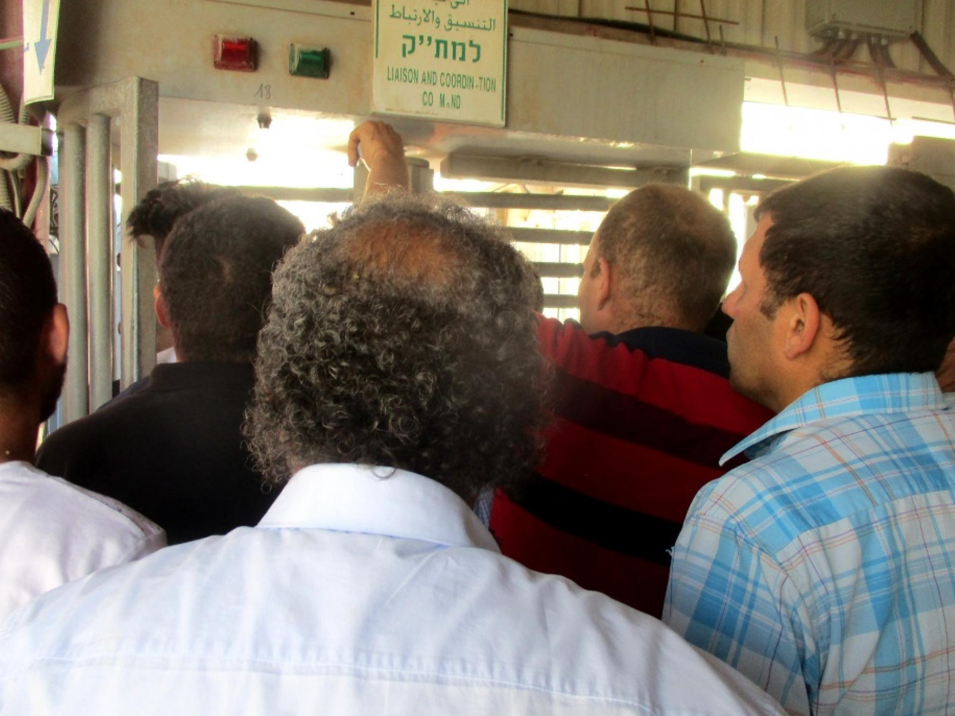 """קבוצה גדולה של אנשים לפני משרדי המת""""ק שנפתחו רק בצהרים"""