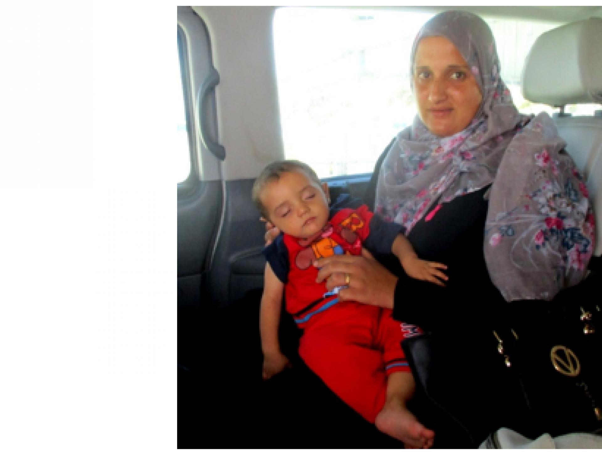 """תינוק ואמו שוחררו מאשפוז בביה""""ח מוקאסד, בדרך הביתה, לעזה"""