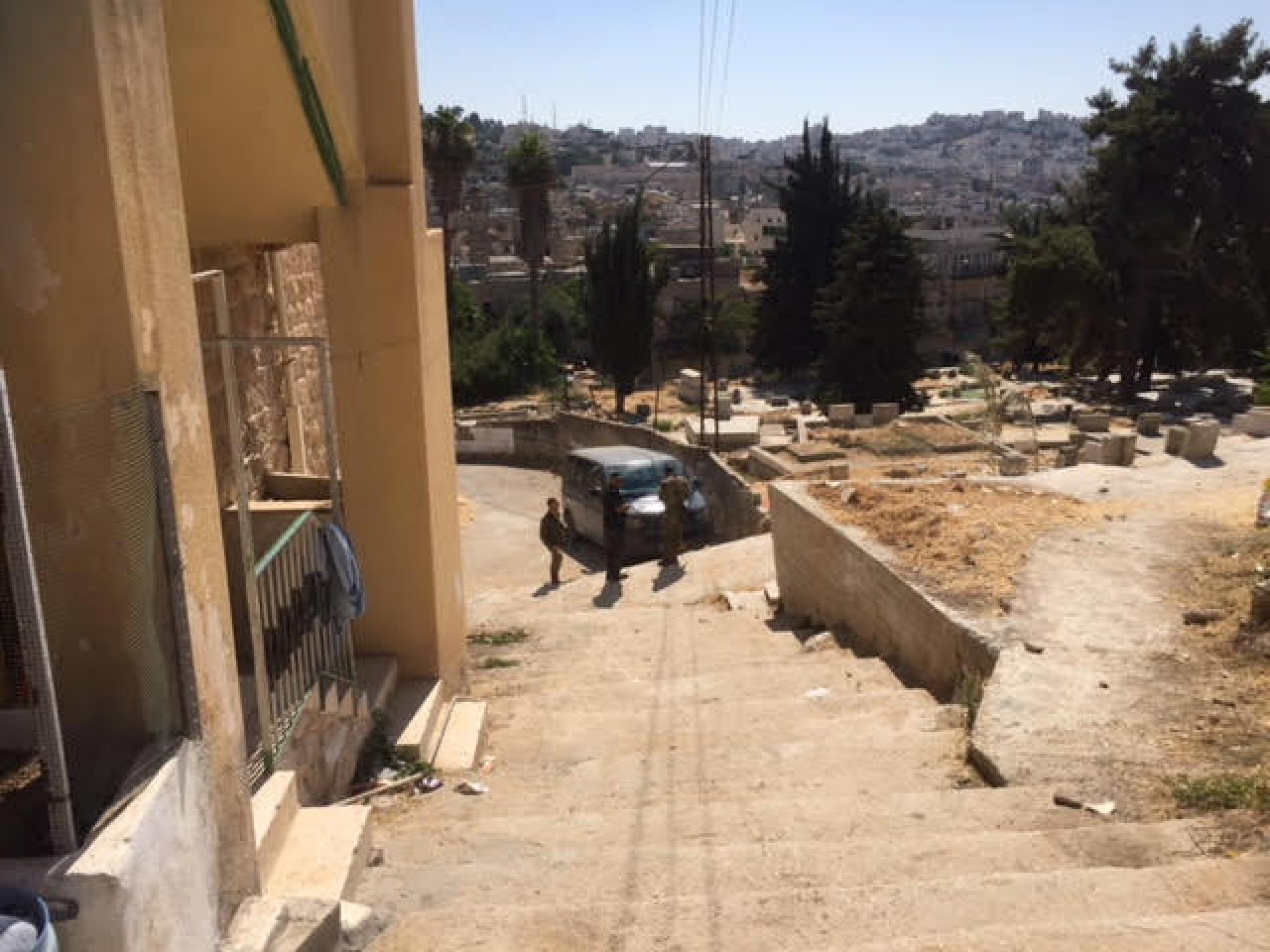 המדרגות לביתו של אידריס שמשם הורידו אותנו החיילים