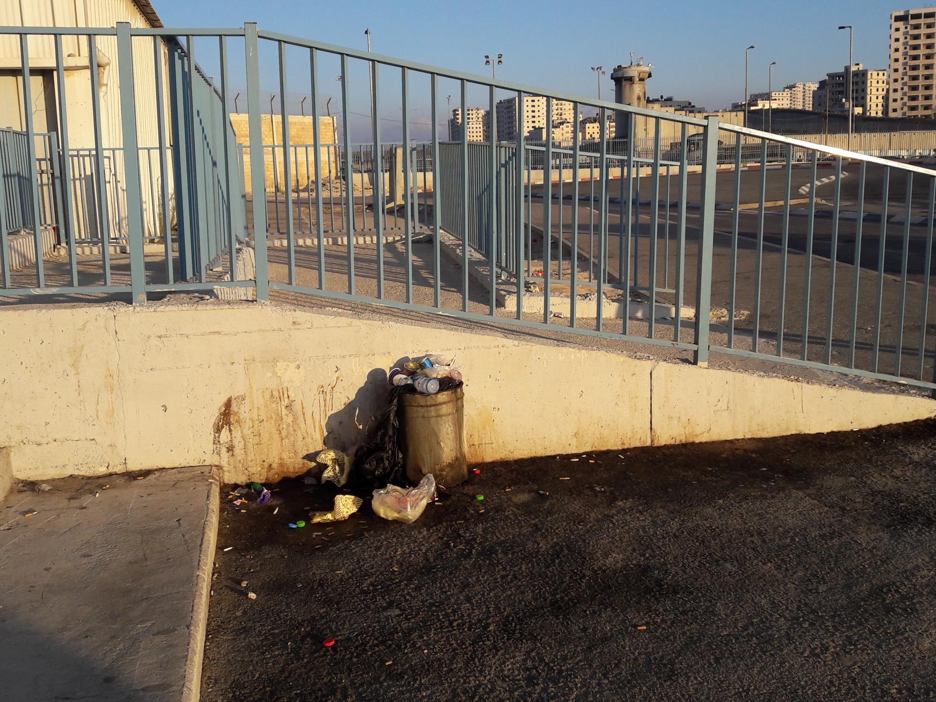 פח אשפה מאולתר בכניסה למחסום