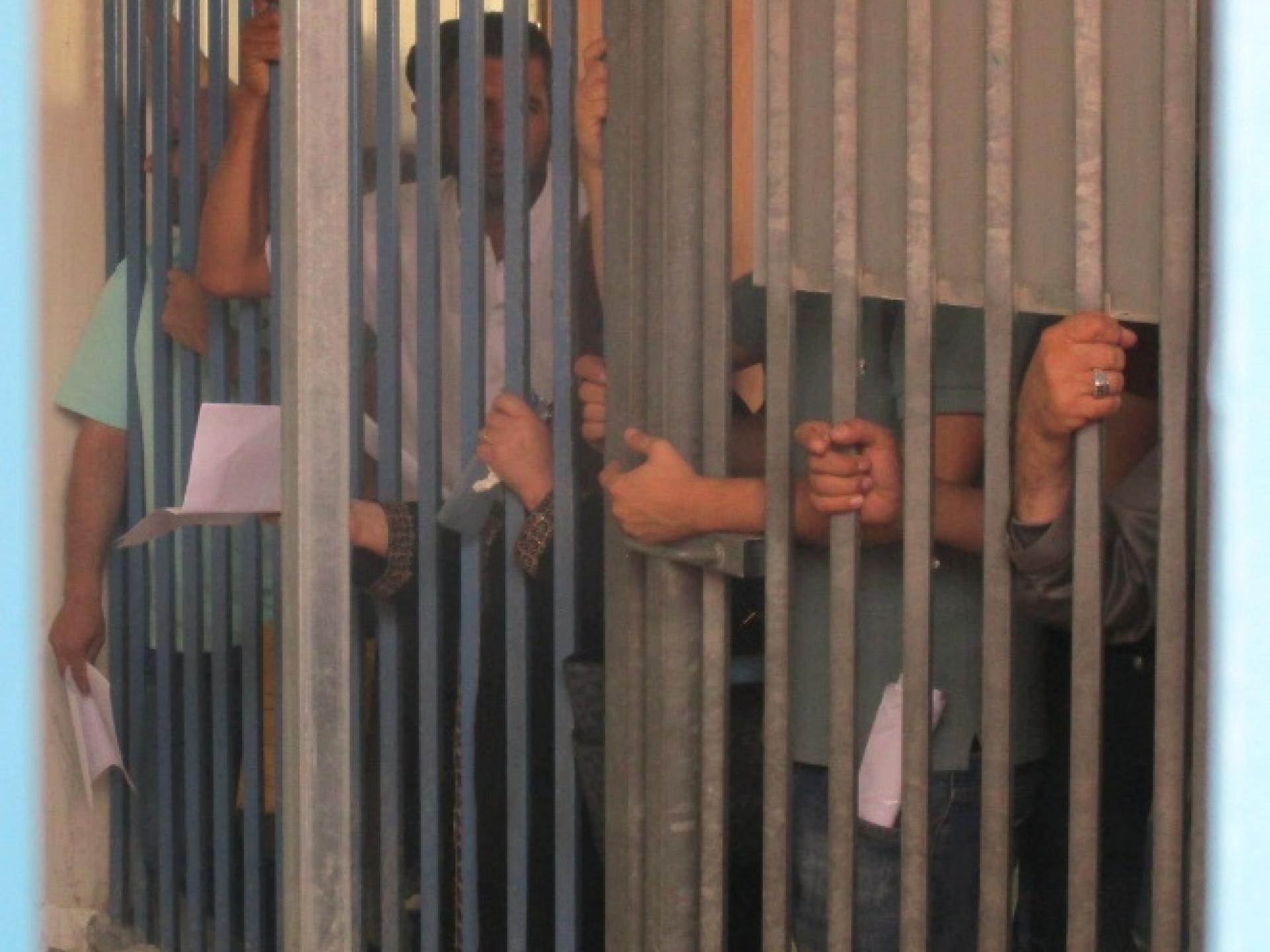 השערים נסגרו לפני השעה 4:00. אנשים המשיכו להושיט ידיים