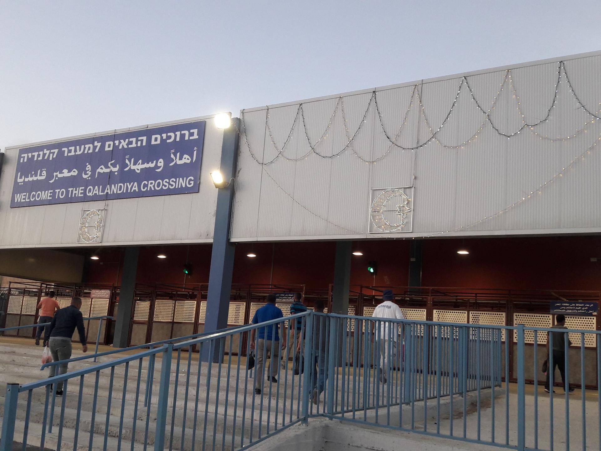 תאורה לכבוד עיד אלאדחא על הכניסה למחסום, השחר שהאיר מקשה להבחין בה