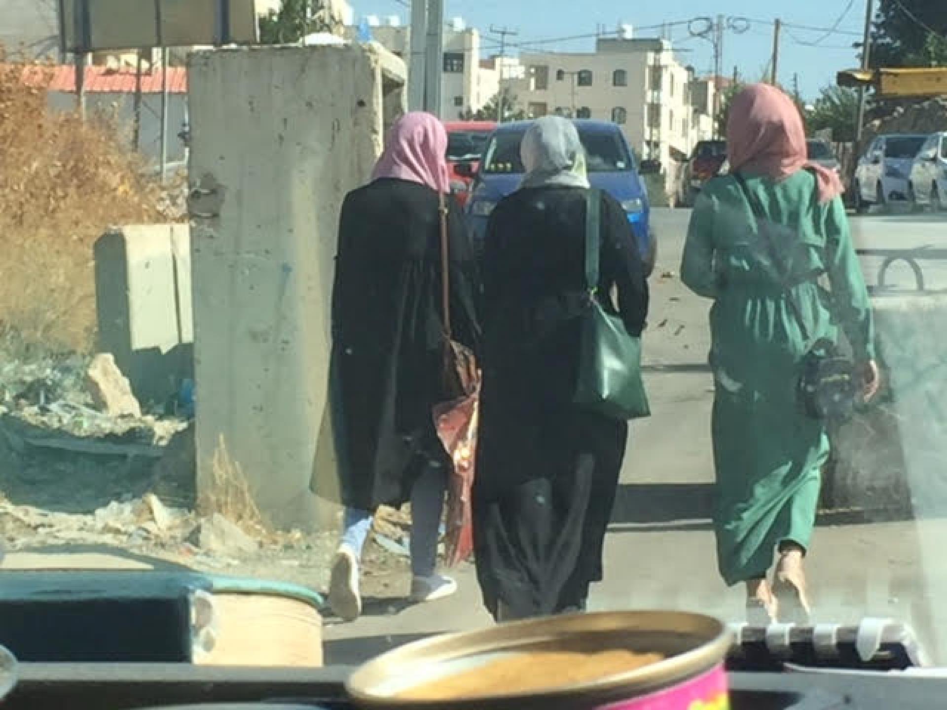 נשים צעירות עוברות את החסימה בתחילת ציר ציון שכונת קפישה