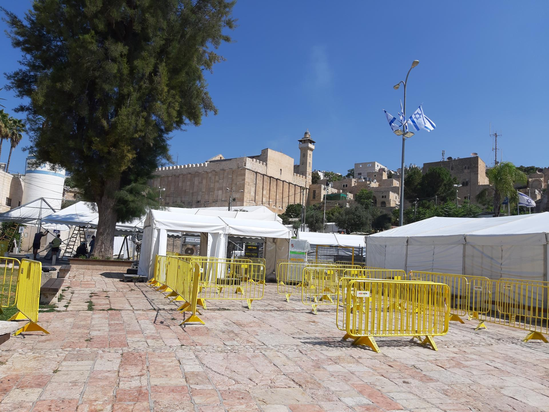 הקמת אוהלי האירוח לקראת ביקורו של ראש הממשלה