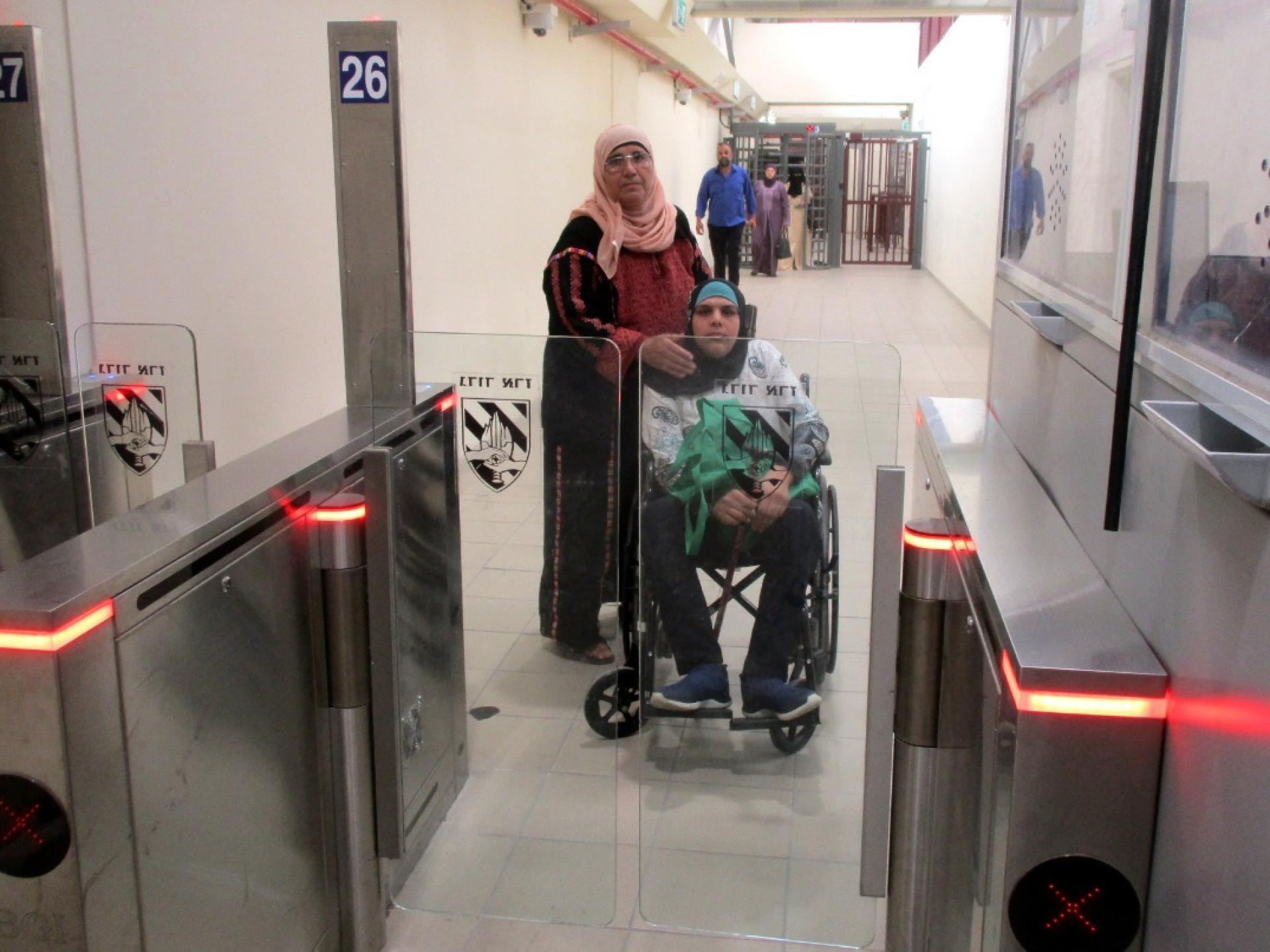 אמא ובתה הנכה בכסא גלגלים
