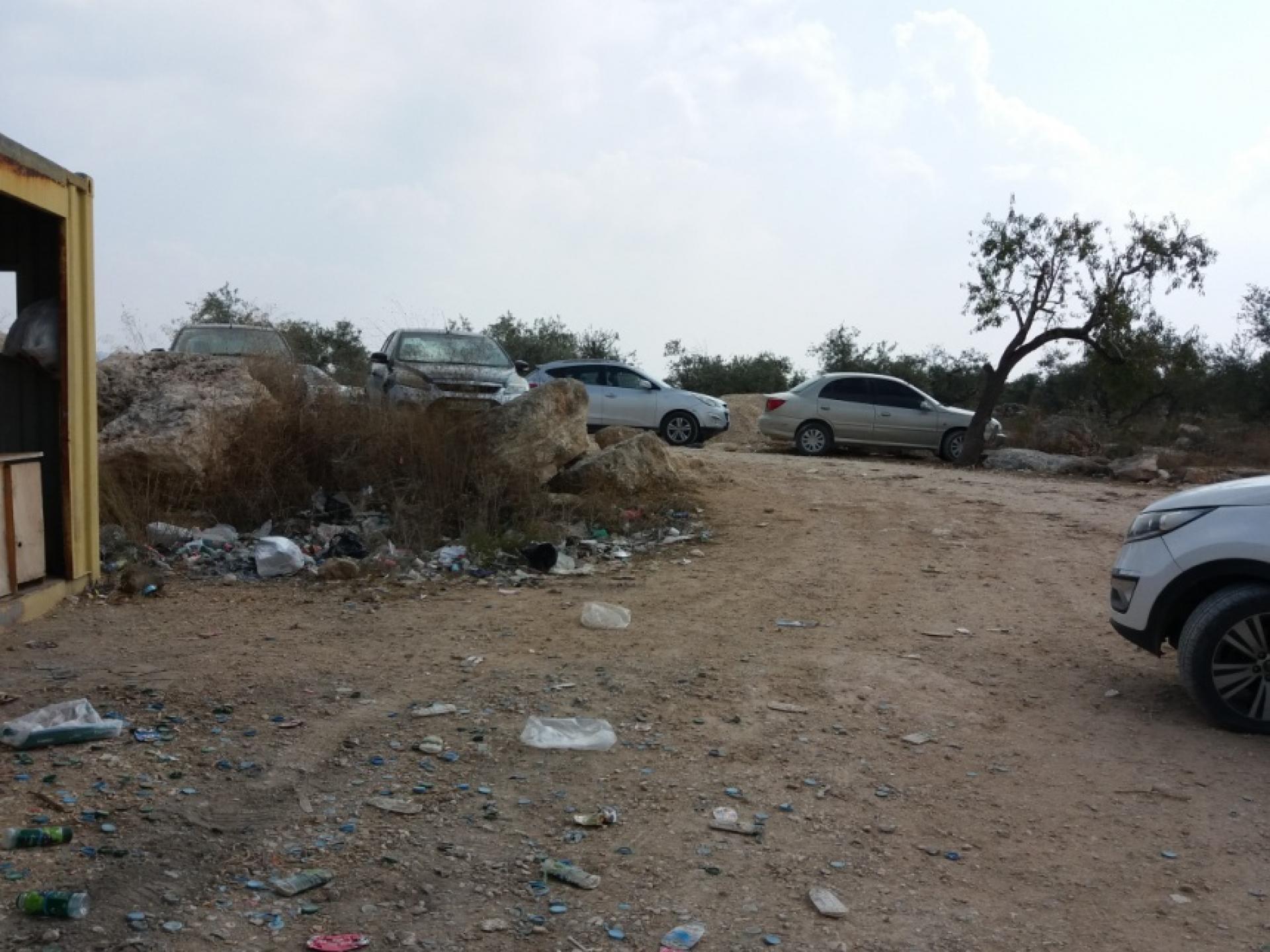 מכוניות חונות לפני המחסום החסום