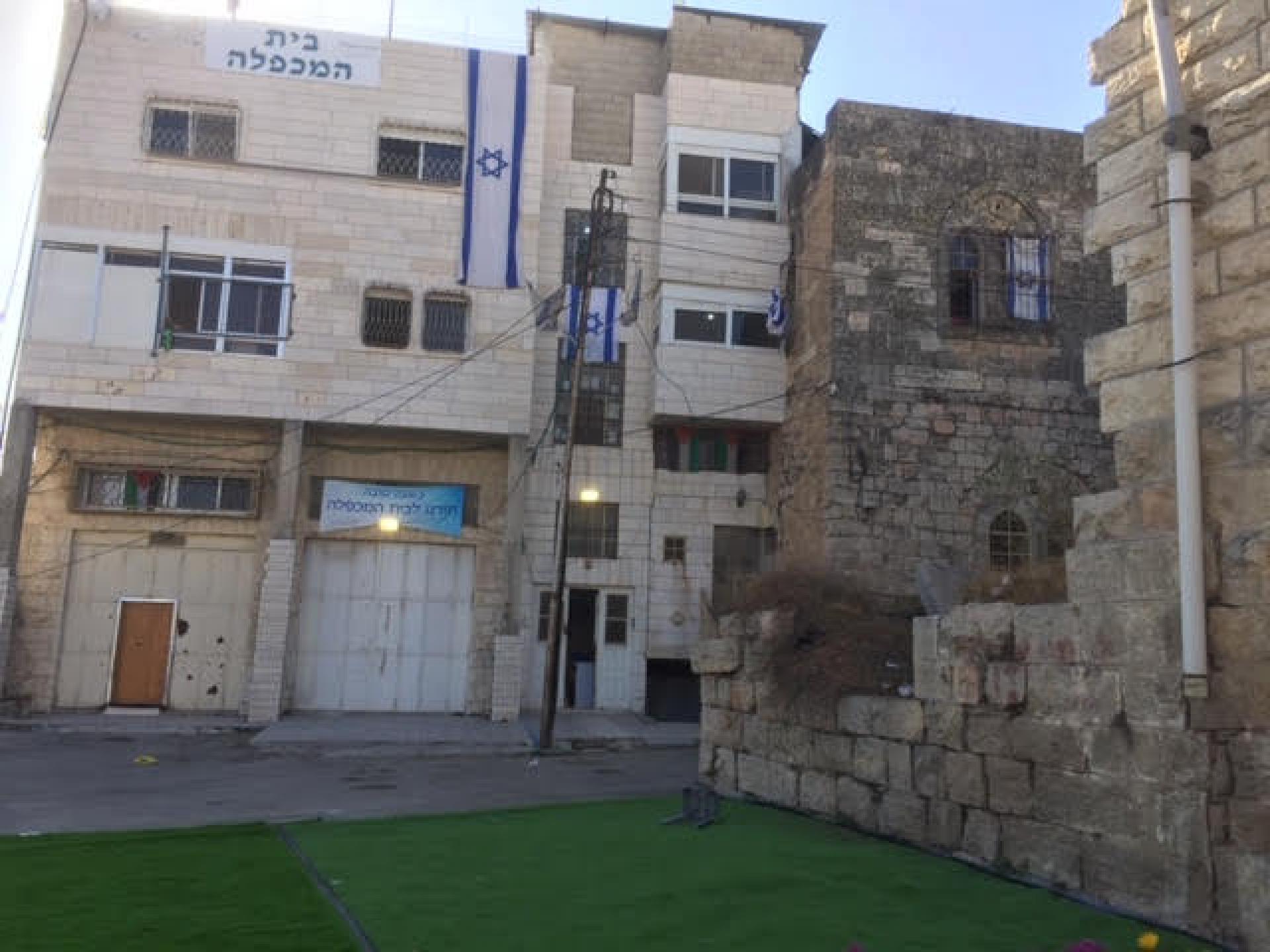 פתאום אבחנו בעוד דגל ישראל בבניין שנדמה לנו שאין אישור קנייה