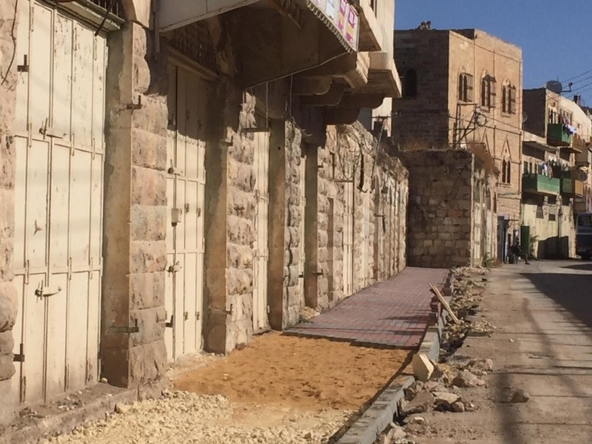 עיריית חברון בשיתוף עם המינהל האזרחי בונה מדרכות להולכי רגל