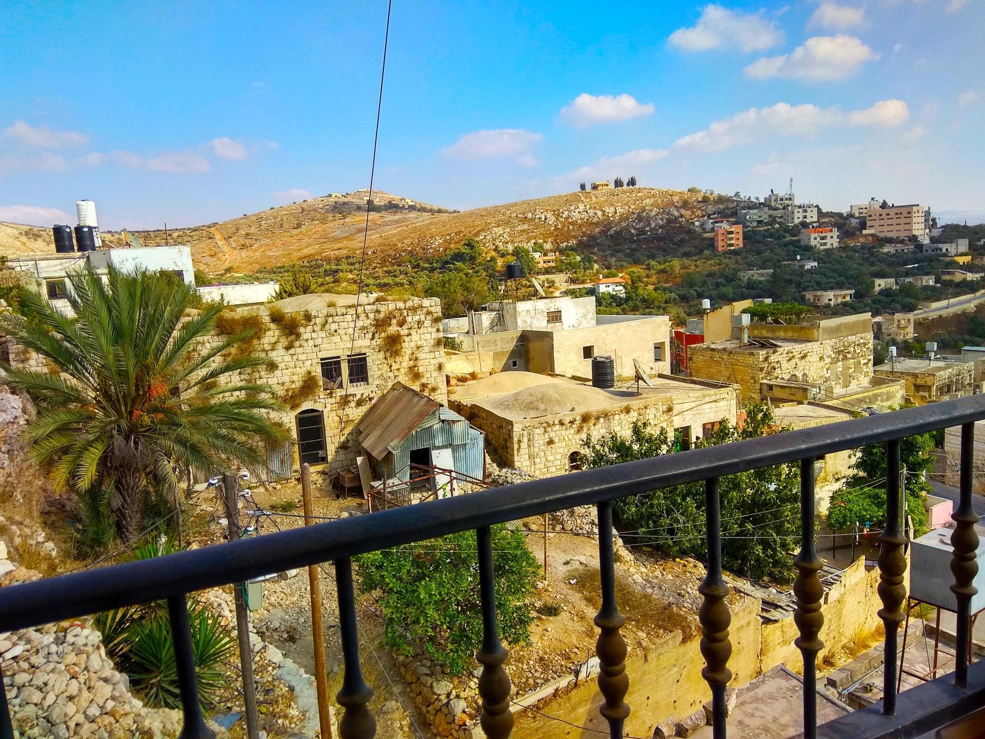 בורין ממרפסת ביתה של ד'