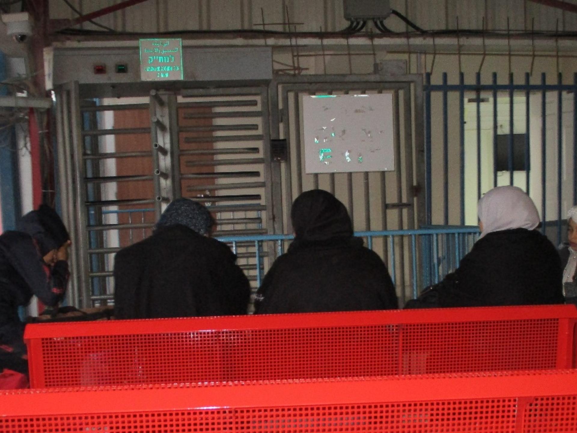 """חולים מעזה מחכים מול משרדי המת""""ק"""