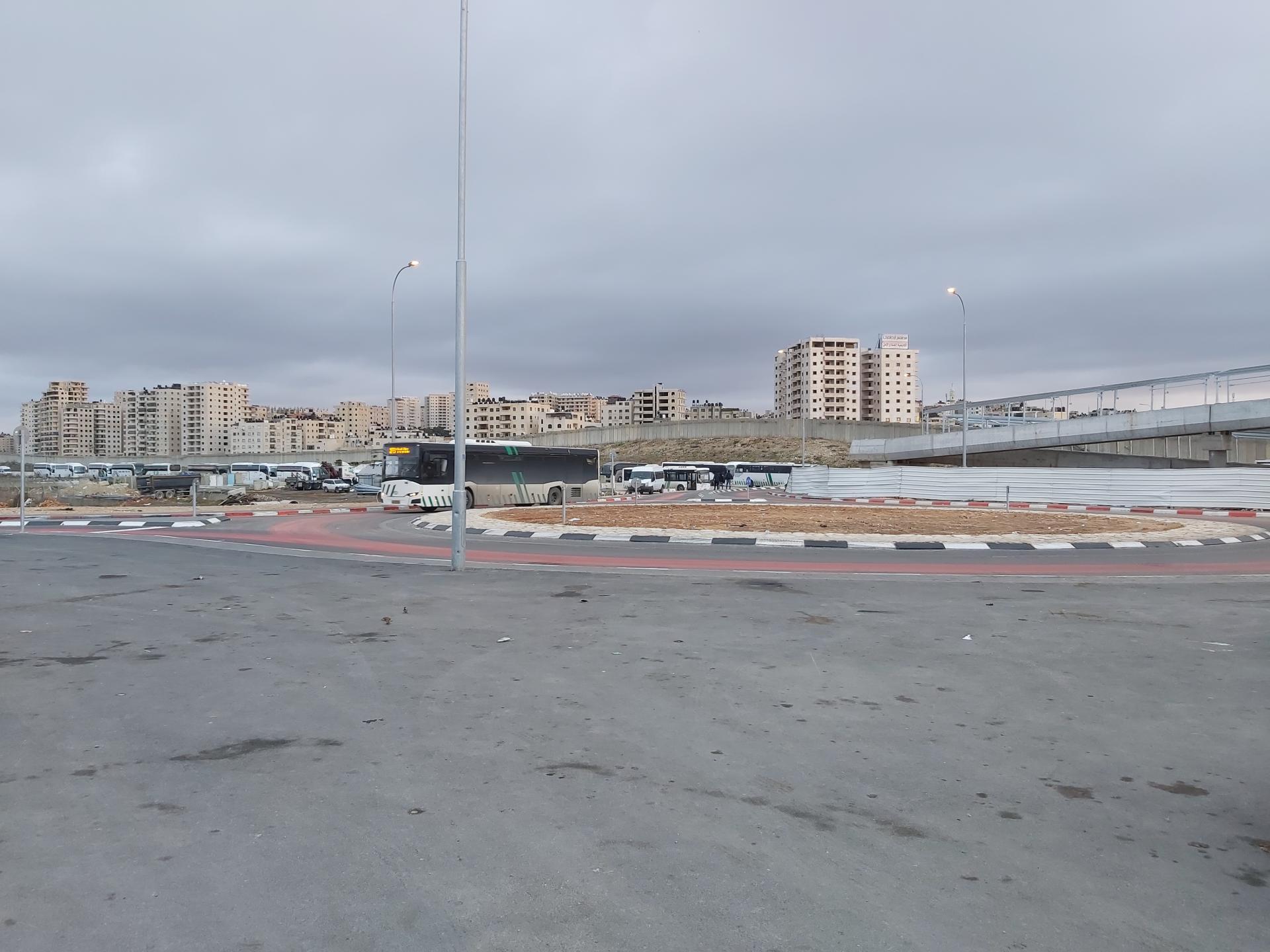 אוטובוס סובב את הכיכר החדשה בנתיב התחבורה הציבורית