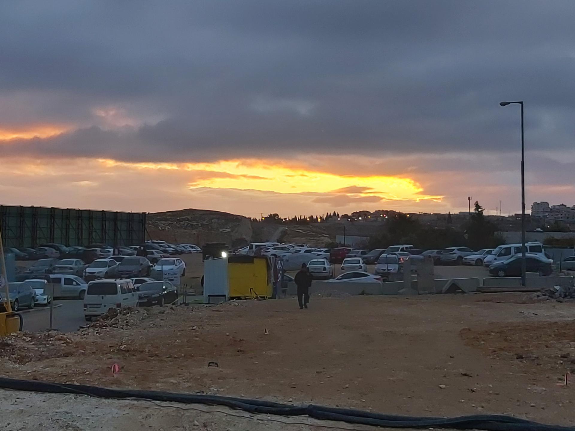 קרני השמש מציצים מבעד לעננים