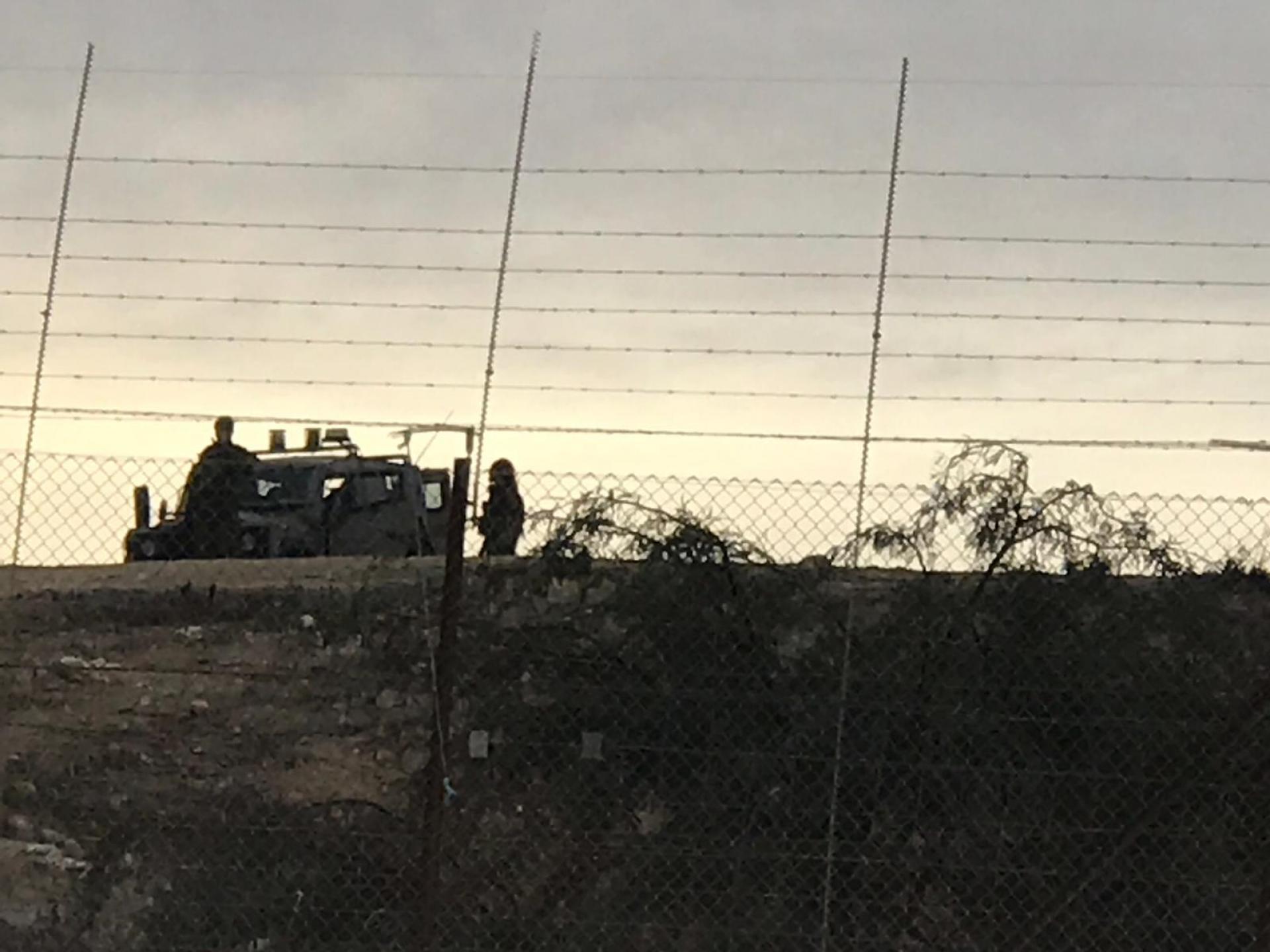 אחרי מעבר צומת שוקת נצפה ג'יפ צבאי ולידו צופים חיילים מאחורי הגדר בשטח A