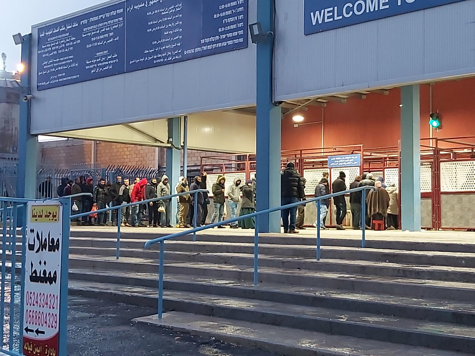 שוב תורים משתרכים אל מחוץ לסככה במחסום קלנדיה