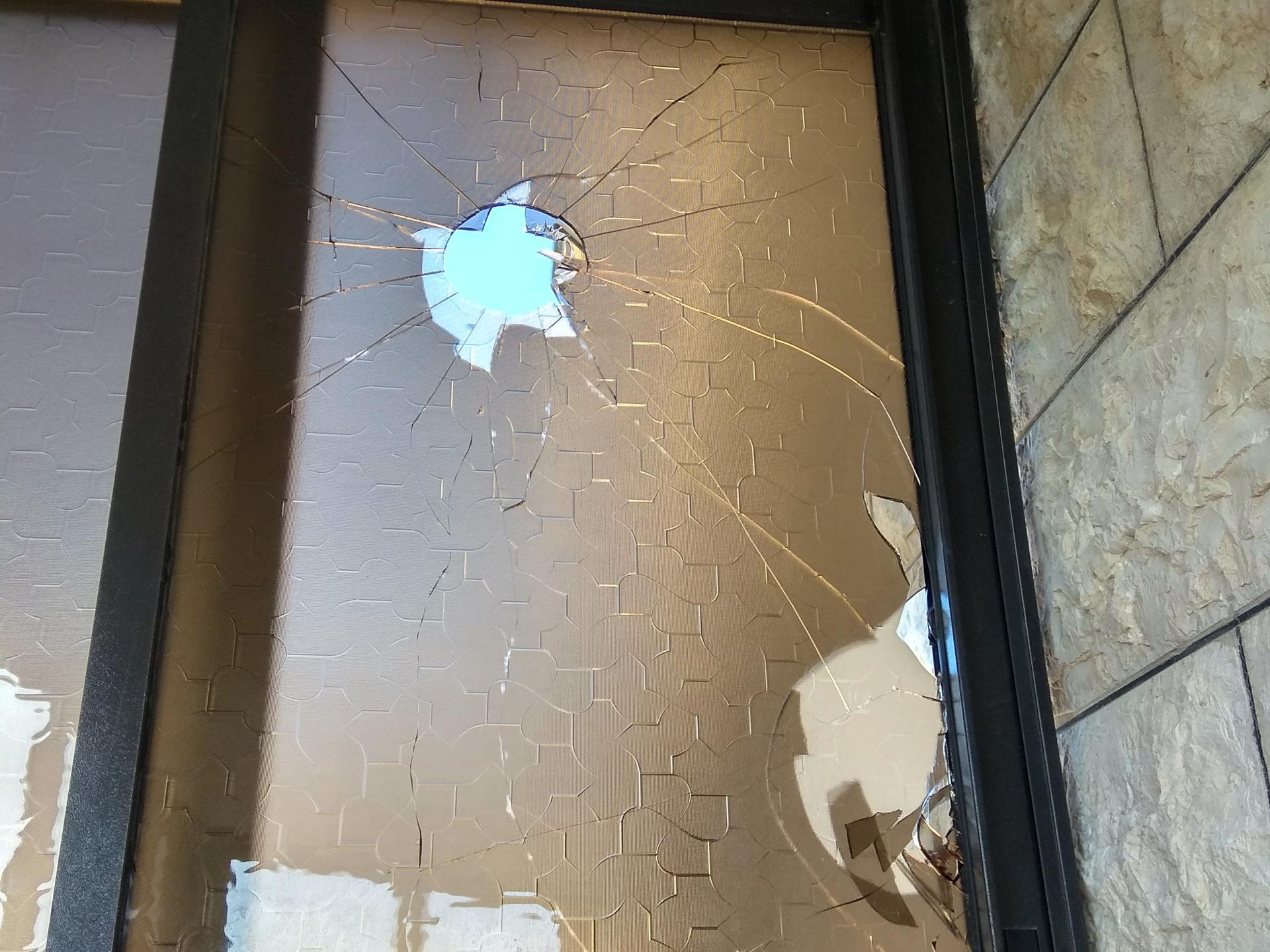 החלון הצפוני שנשבר מזריקת האבנים