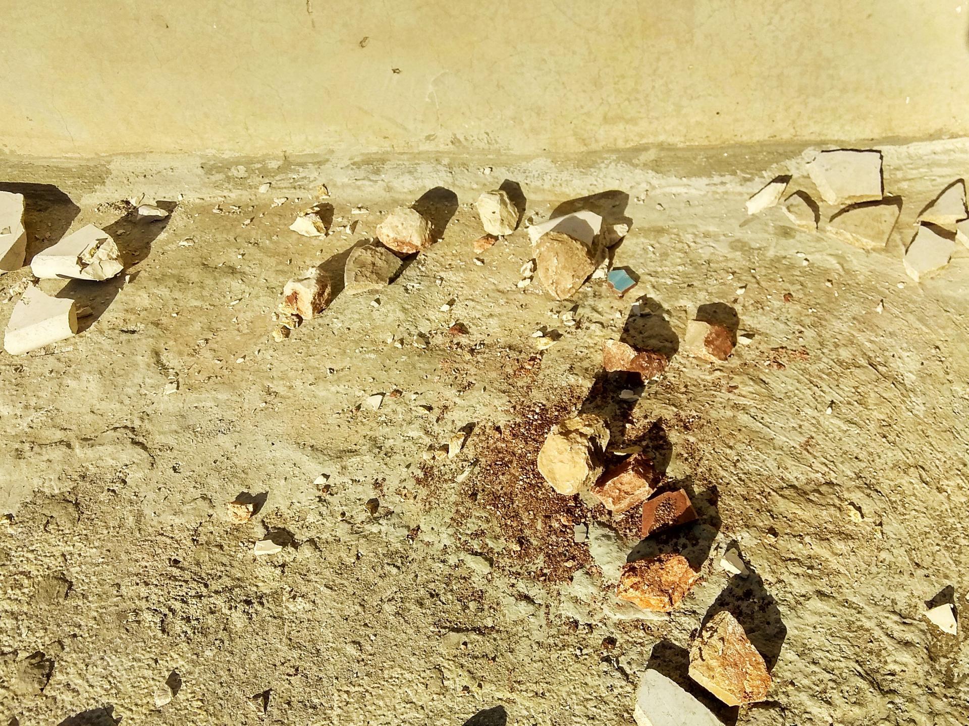 """הגג של בית משפחת עיד מלא בעשרות אבנים כאלה שהושלכו ע""""י המתנחלים"""