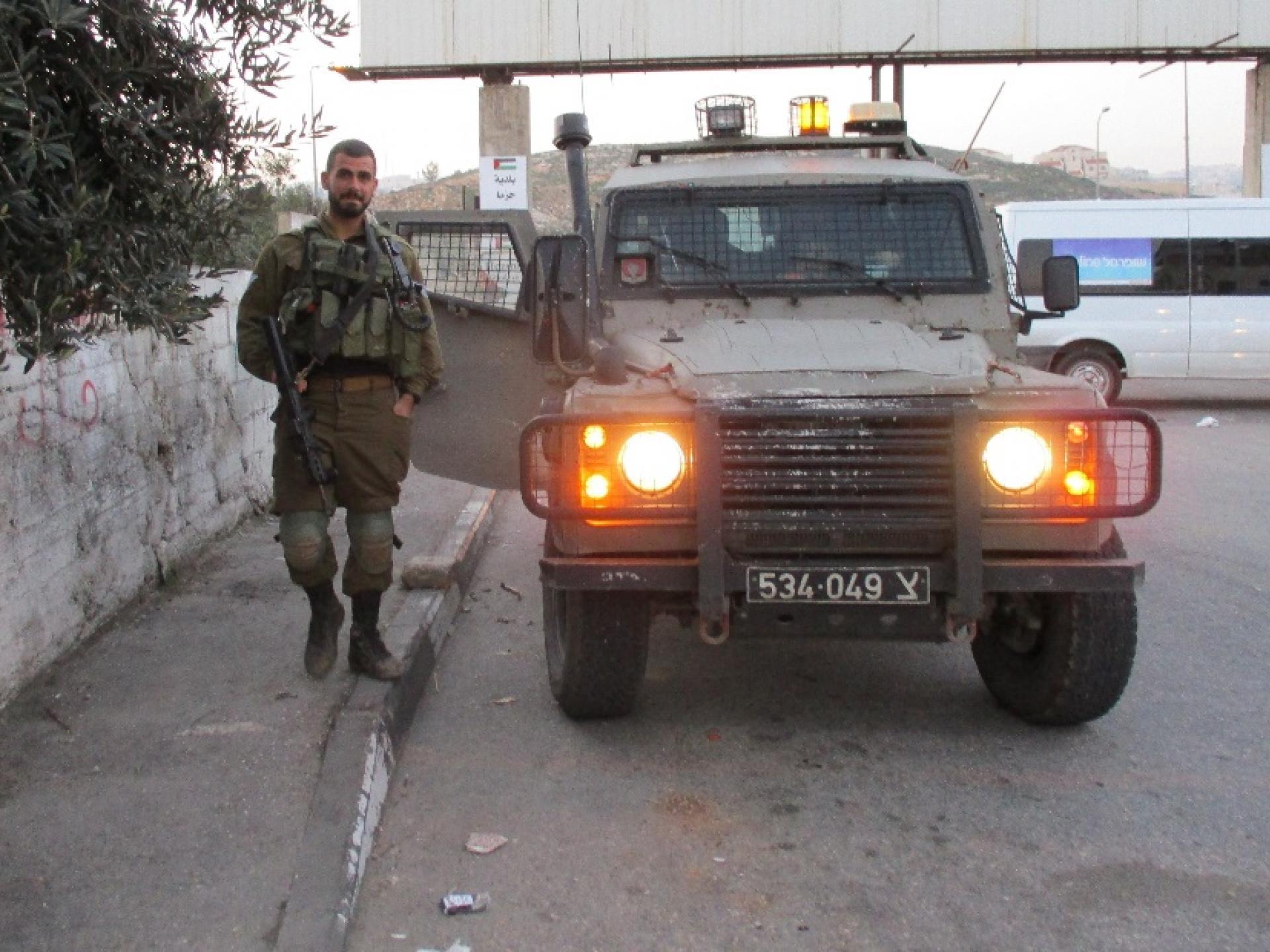 רכב צבאי חנה בפתח הכפר חיזמא.