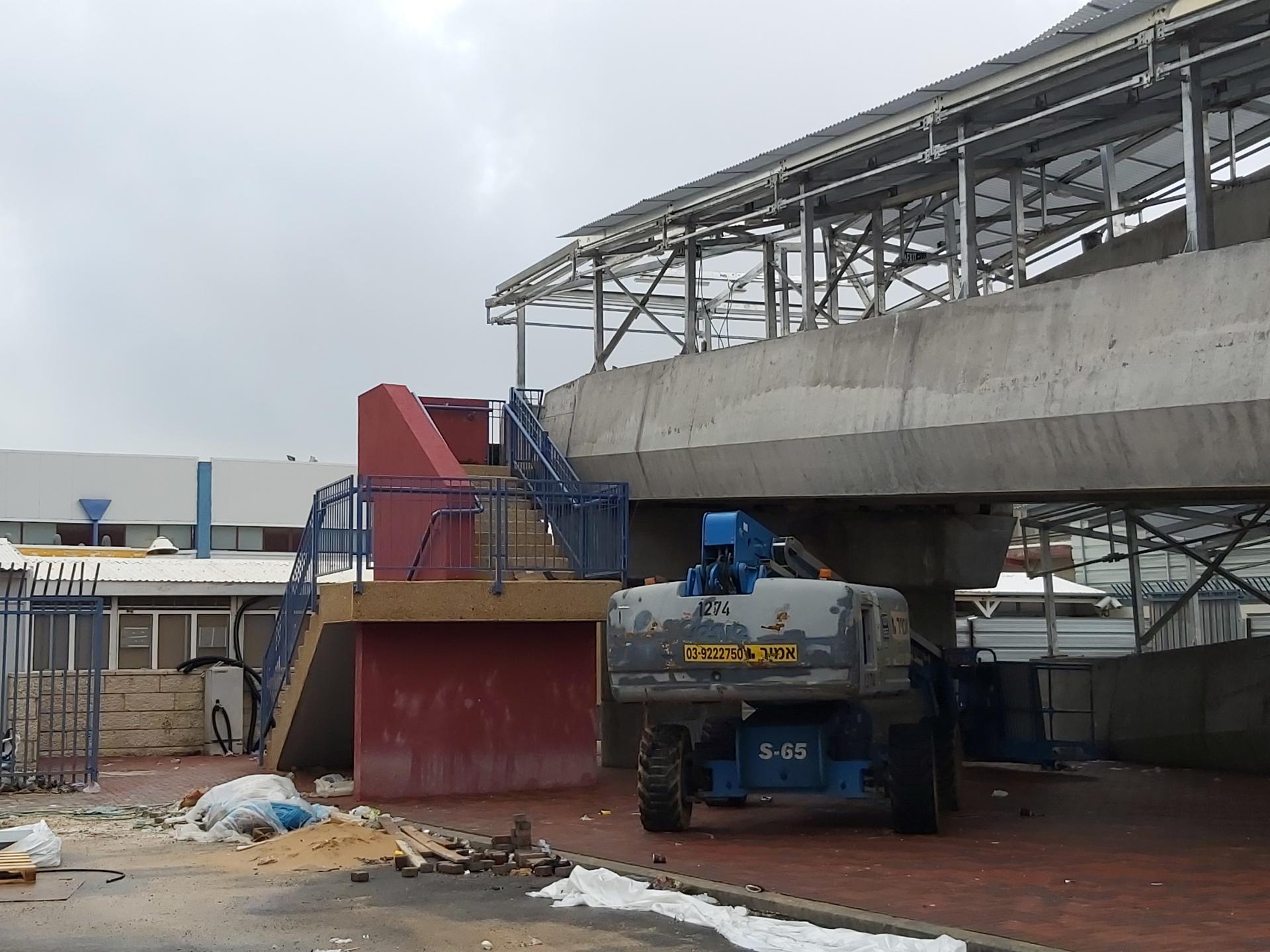 המדרגות העולות לגשר הולכי הרגל, ליד המחסום
