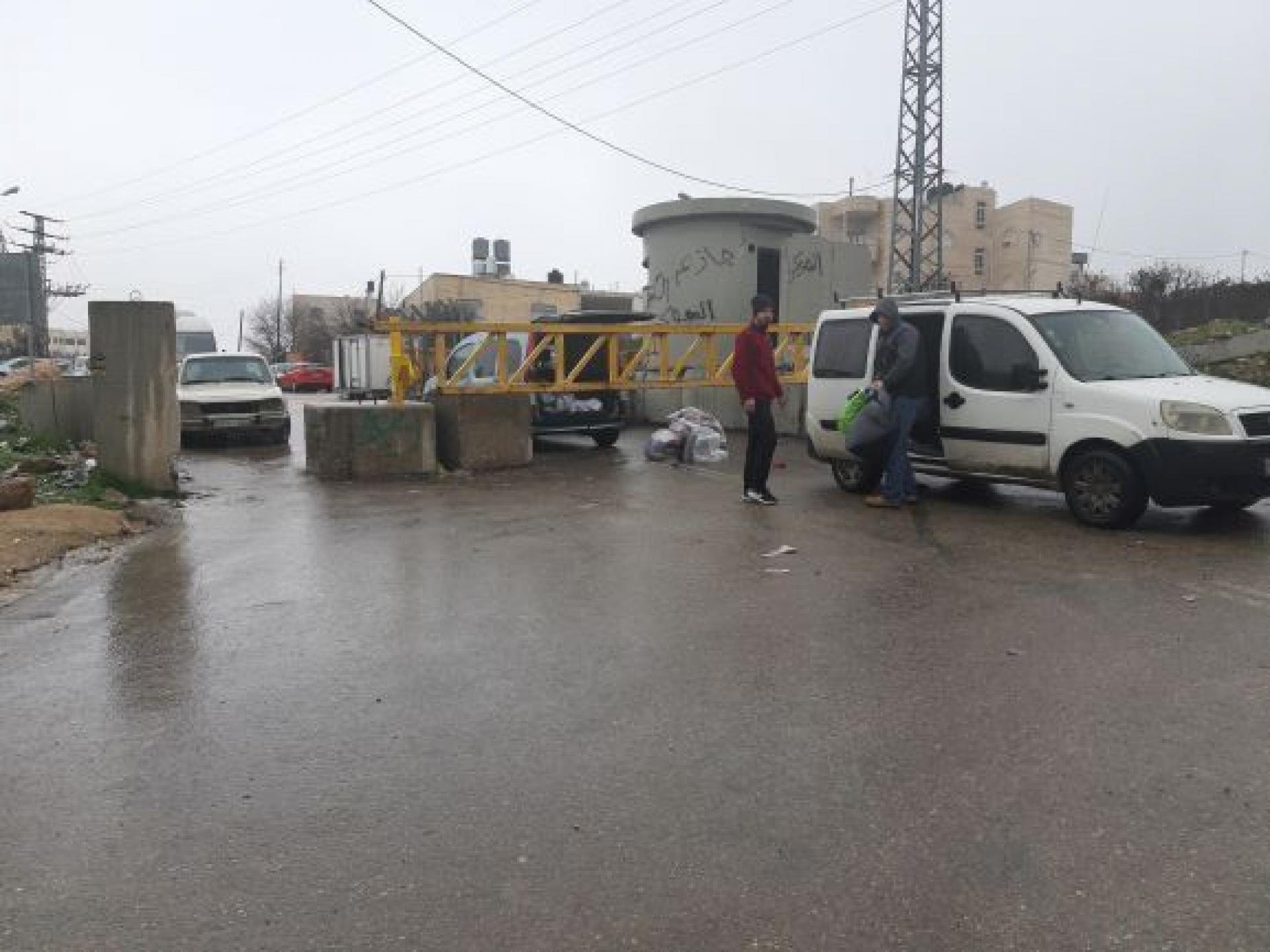 בשכונה קפישה מעבירים סחורות בשיטת גב-אל-גב