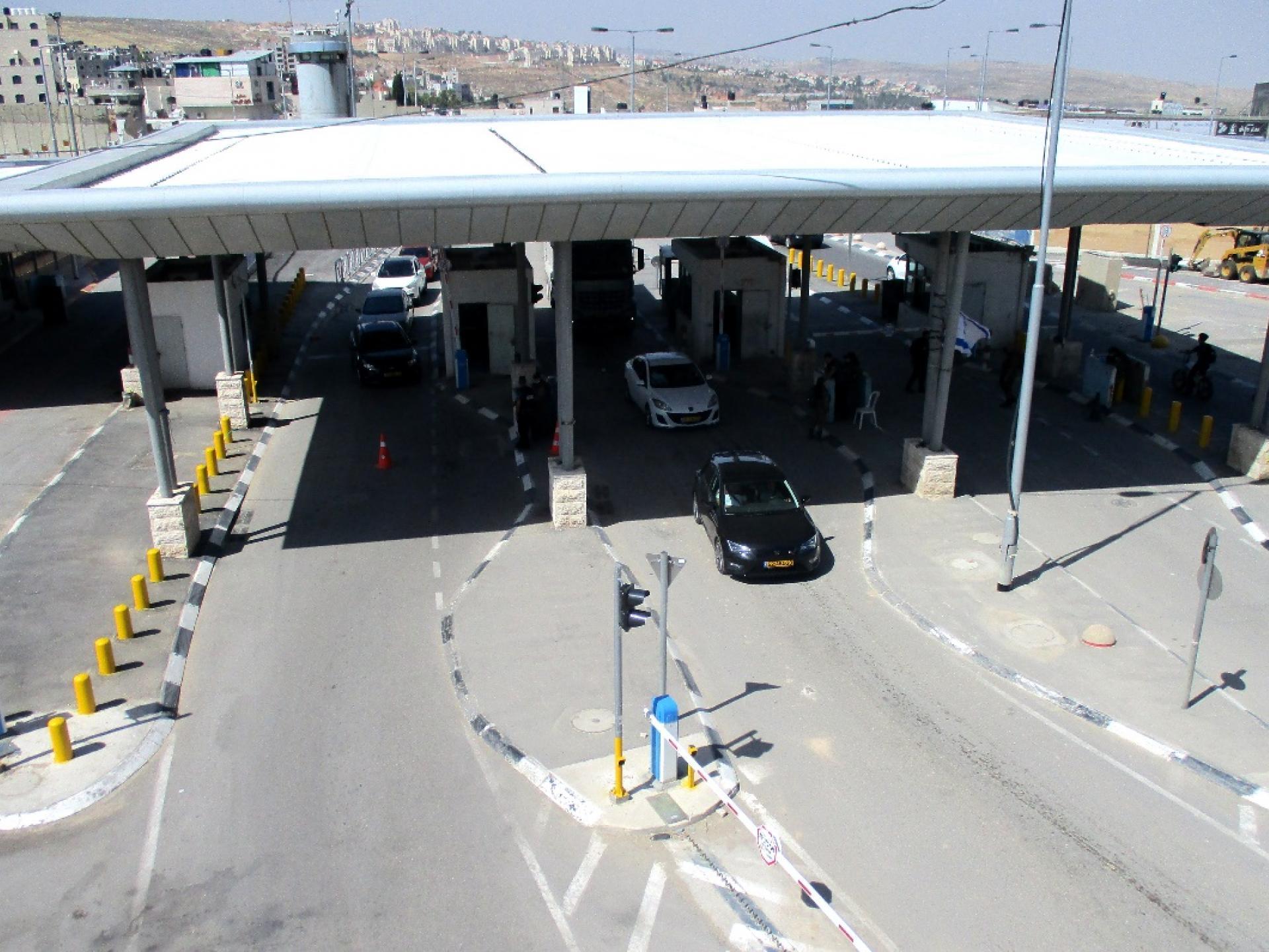 תצפית מעולה מרום הגשר למחסום שלמטה