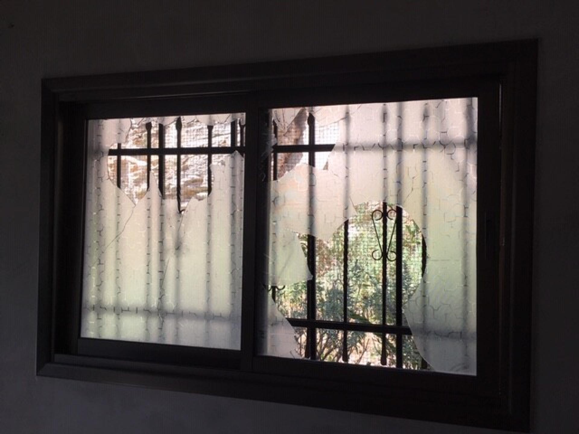 מבפנים חלון מנופץ