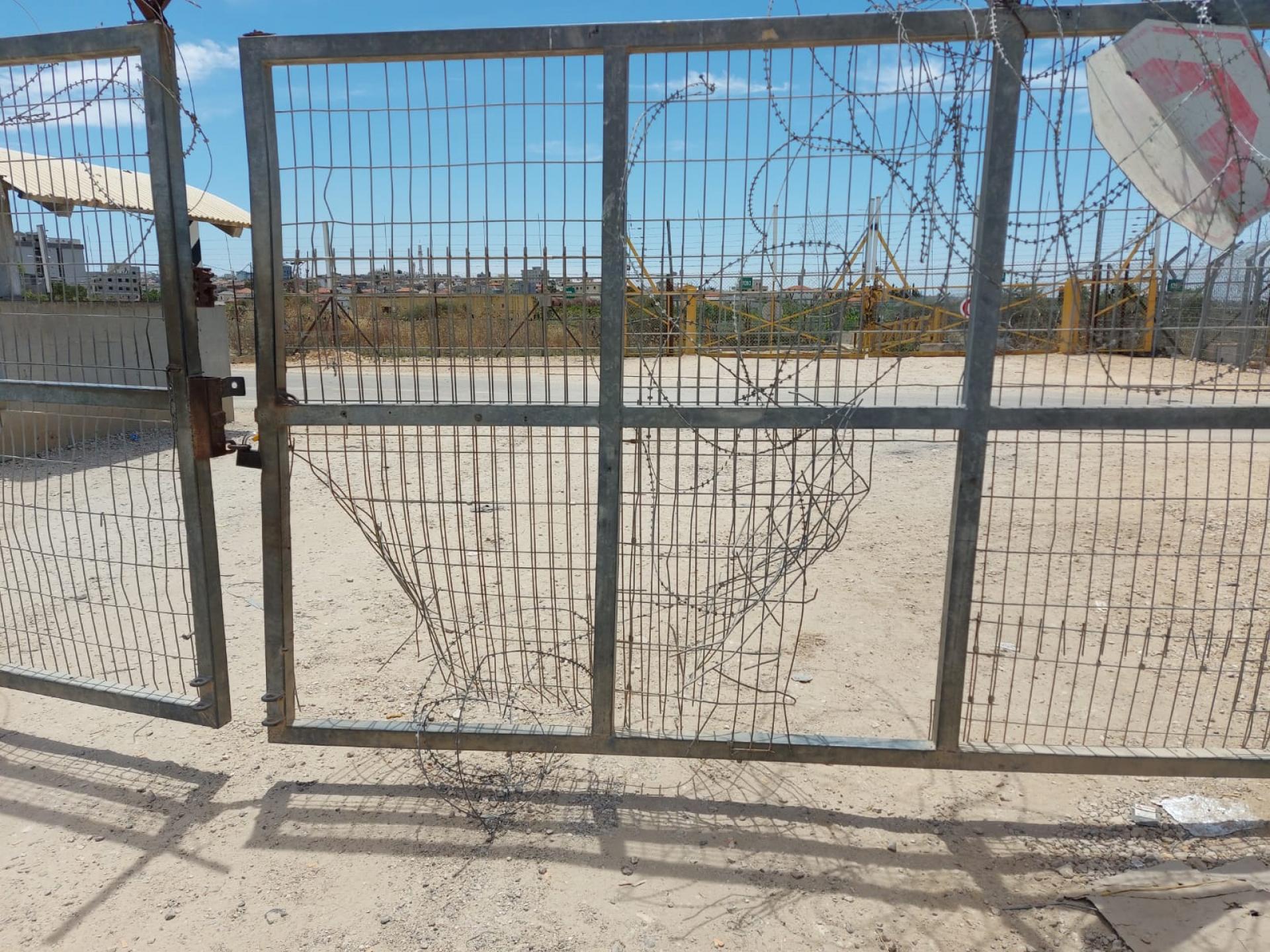 שתי פרצות גדולות בשער המחסום.