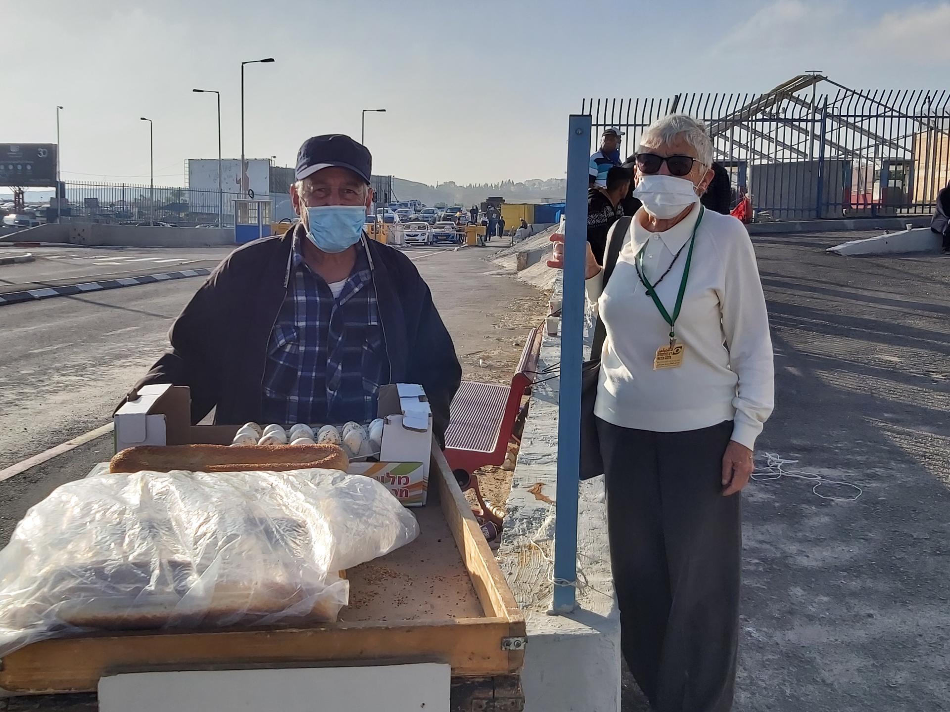 חנה ואבו רמזי ליד הכניסה למחסום