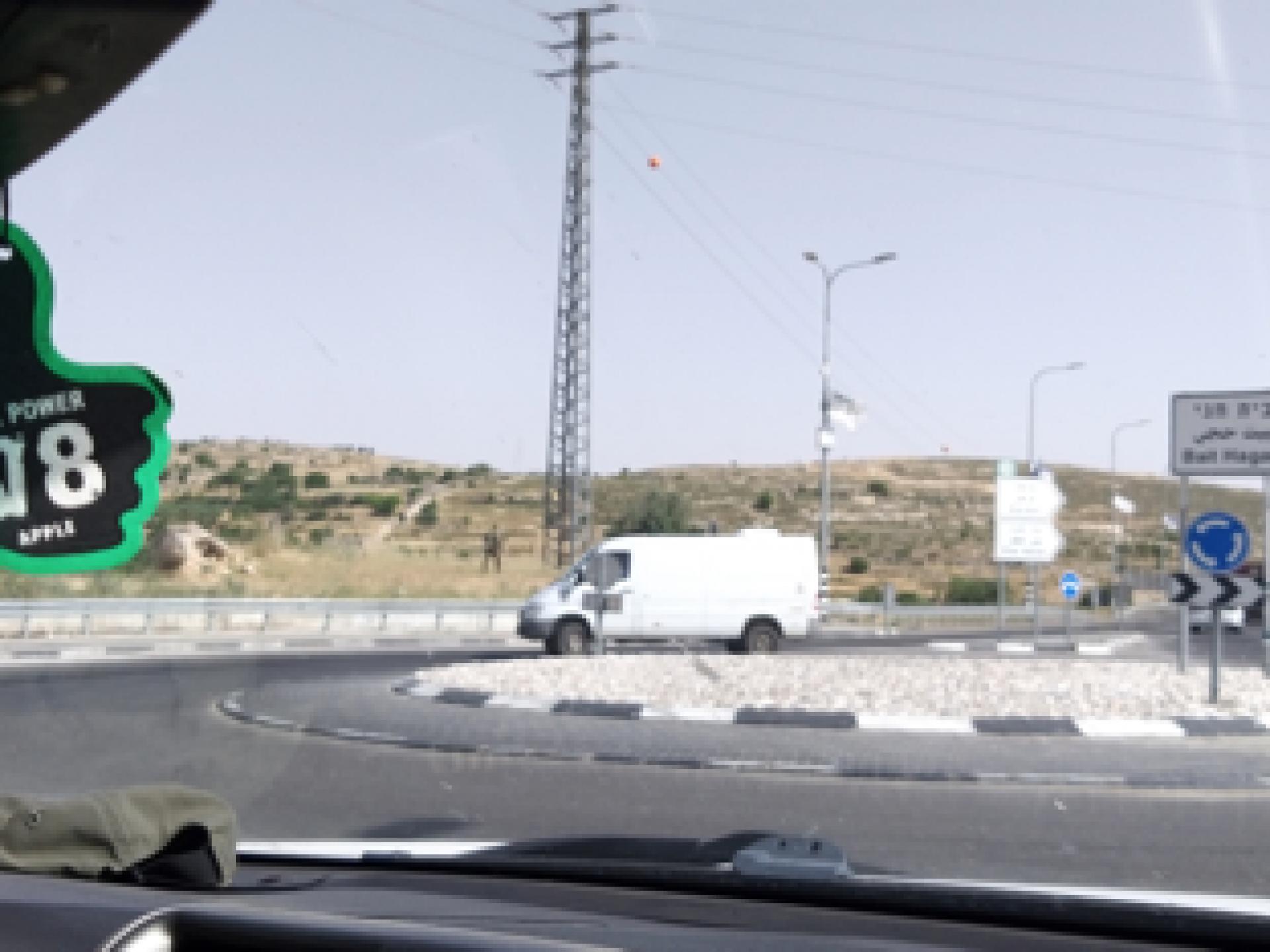 בצד שמאל של התמונה את הבטונדה והדגל ואת החיילים ליד עמוד החשמל